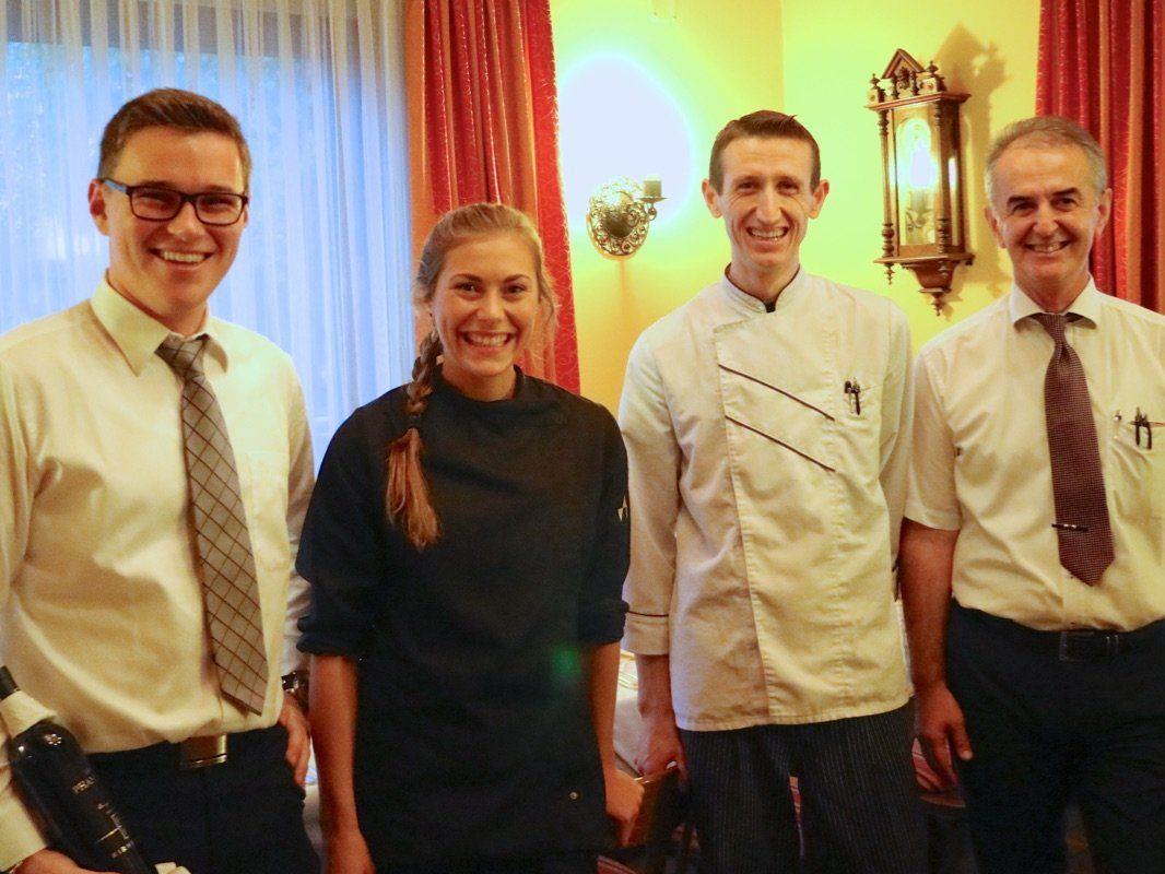 Sie begeisterten beim Herbstkulinarium: Jungsommelier Simon Hosp, Kochteam Lisa Vaschauner und Elvis Hotaj mit Gastwirt Viktor Dusevic.