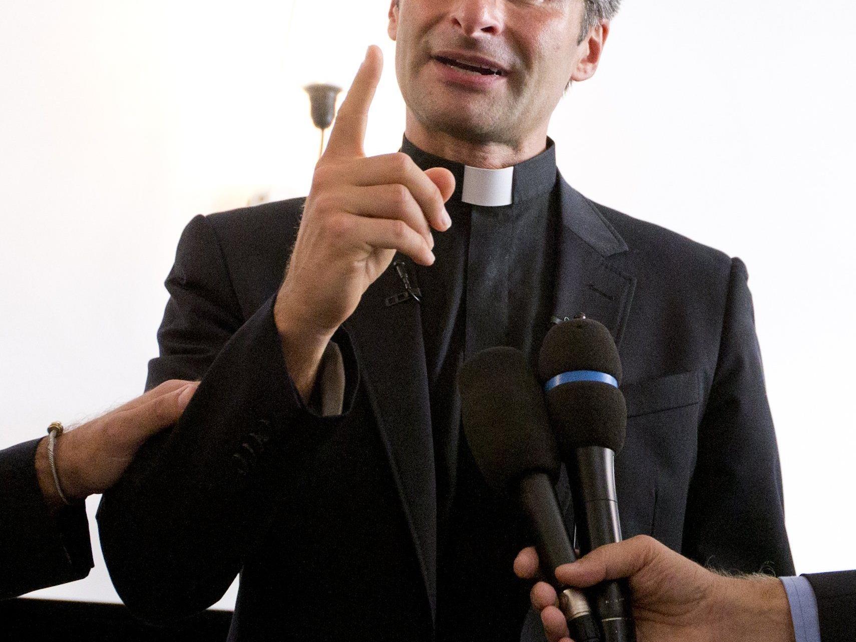 Laut Vorwürfen soll der Priester Geld für sein Outing bekommen haben