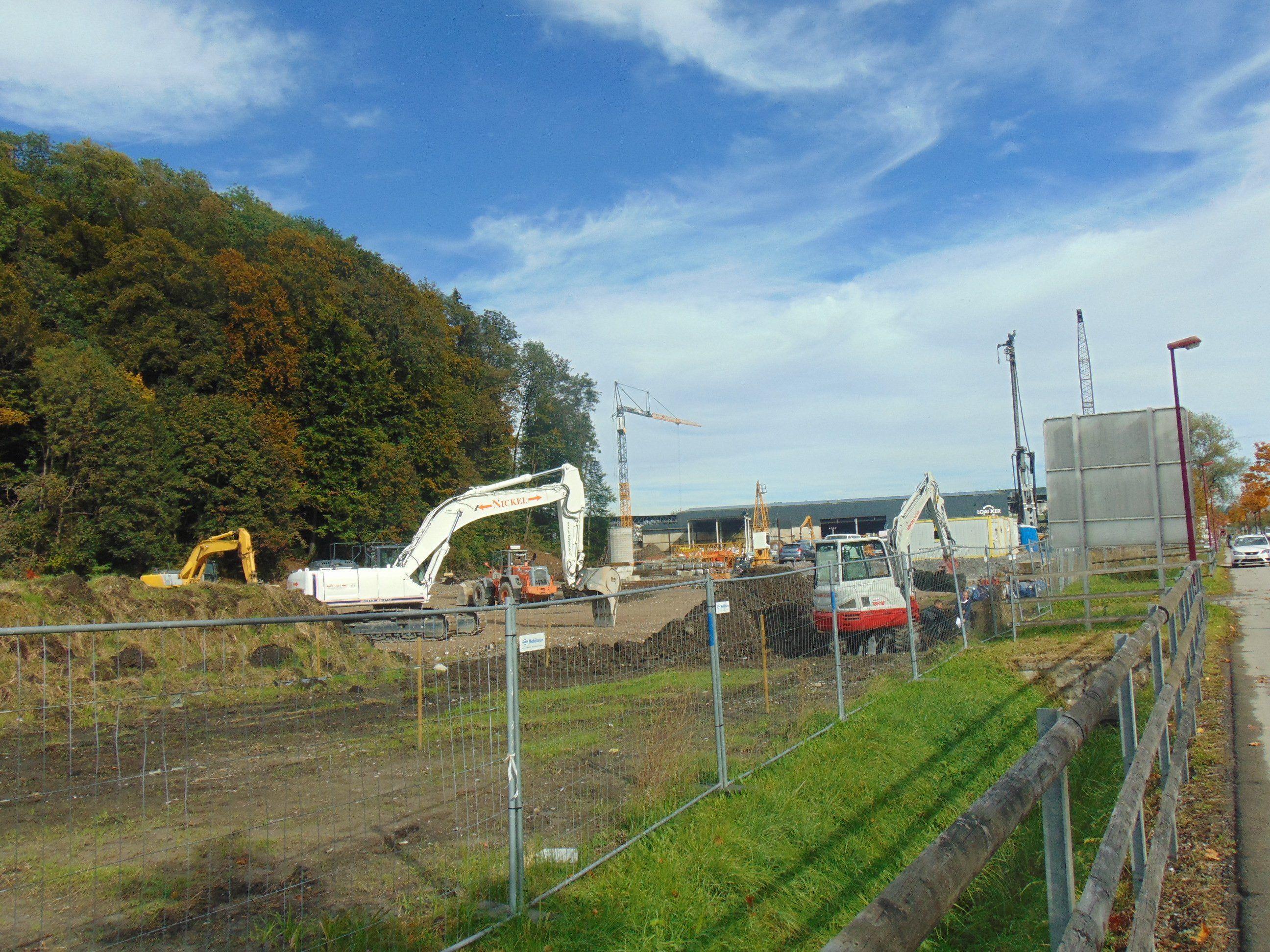 Hochbetrieb auf der Loacker Baustelle in Götzis