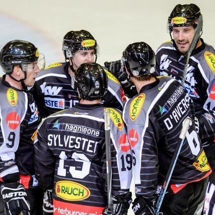 Die Bulldogs bejubeln den klaren Heimsieg gegen Innsbruck.