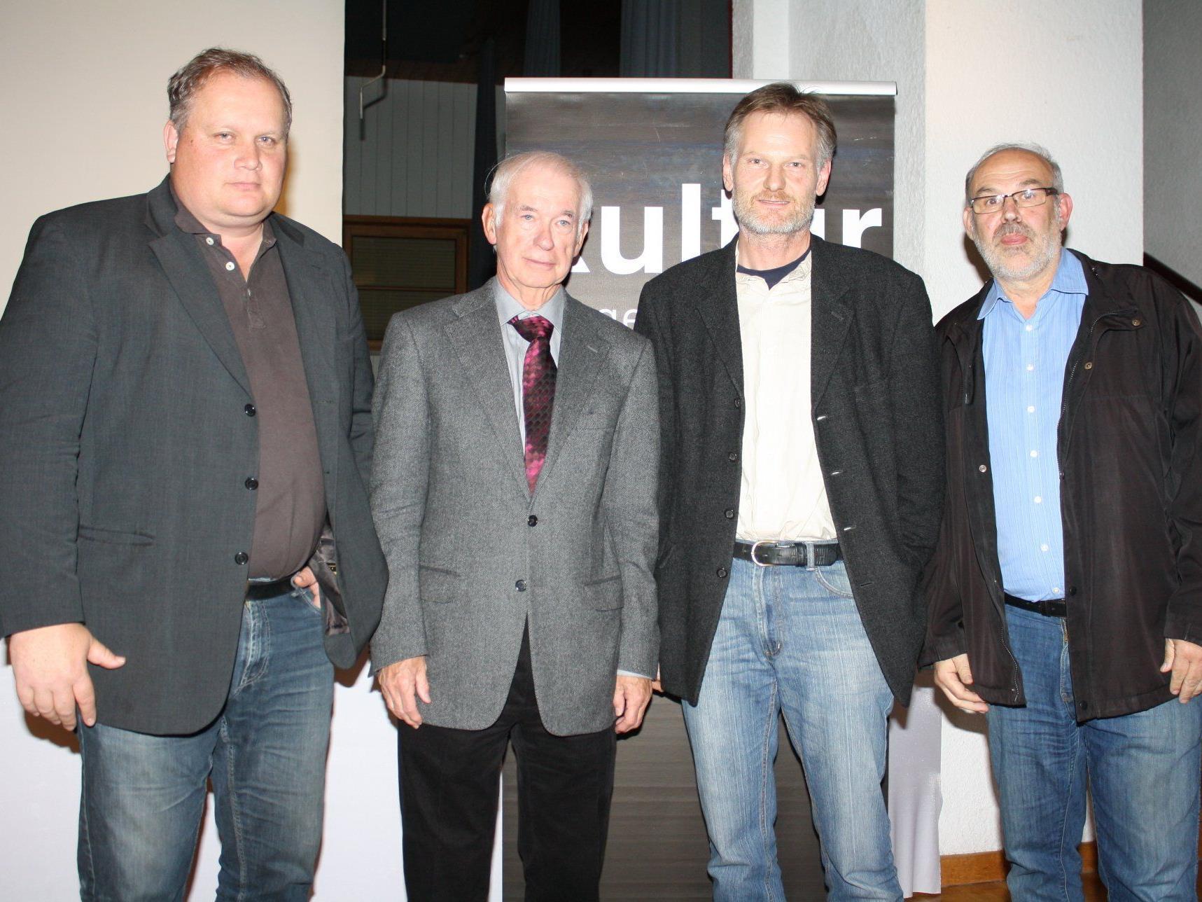Die Veranstalter Andreas Hammerer, Kurt Bereuter und Werner Bundschuh mit dem Autor Wolfgang Neugebauer.