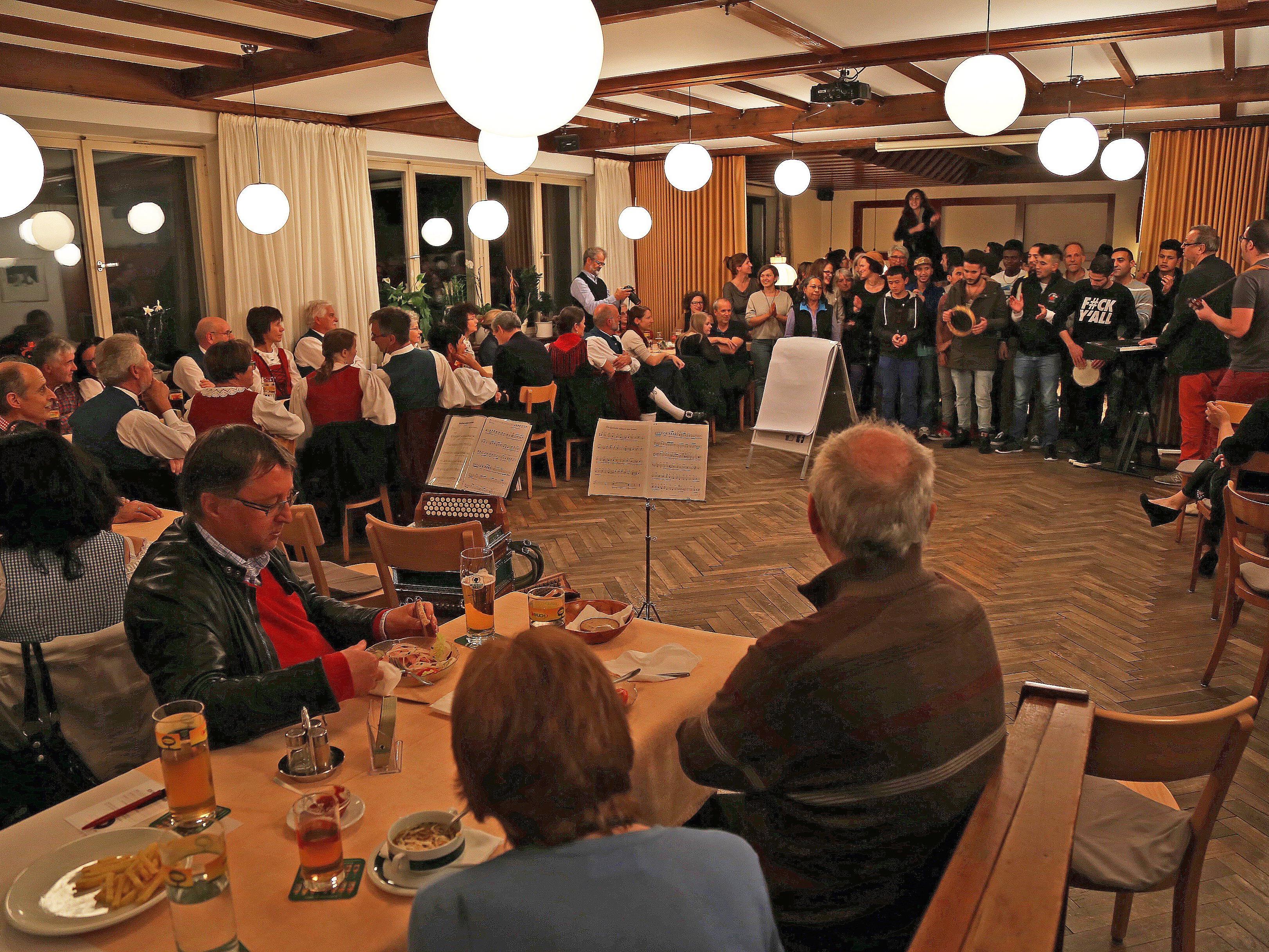 Ein voller Saal des Gasthofs Löwen führte zum Miteinander verschiedener Kulturen.