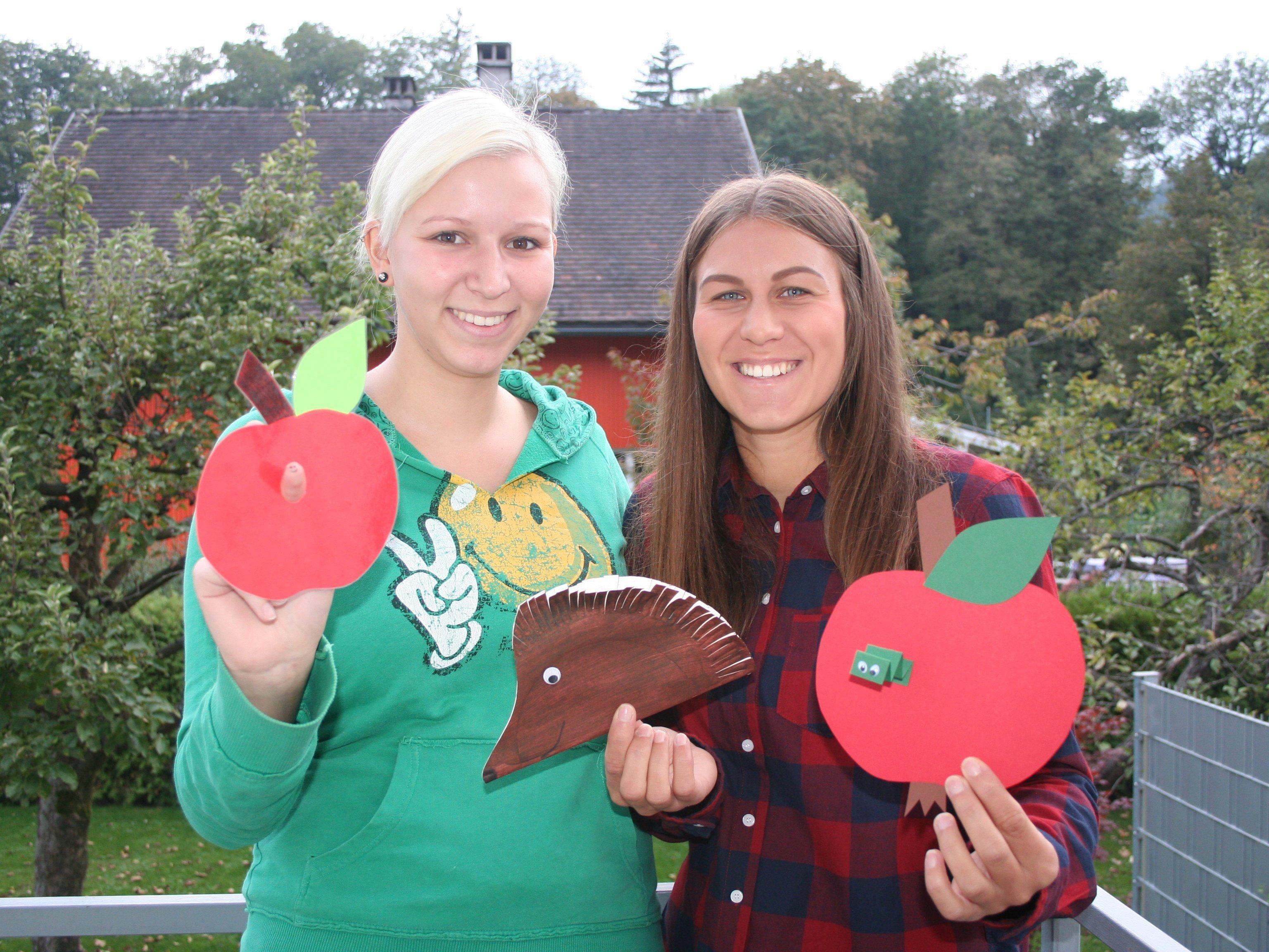 Sarah Waldhuber und Conny Khüny mit den angebotenen Basteleien.