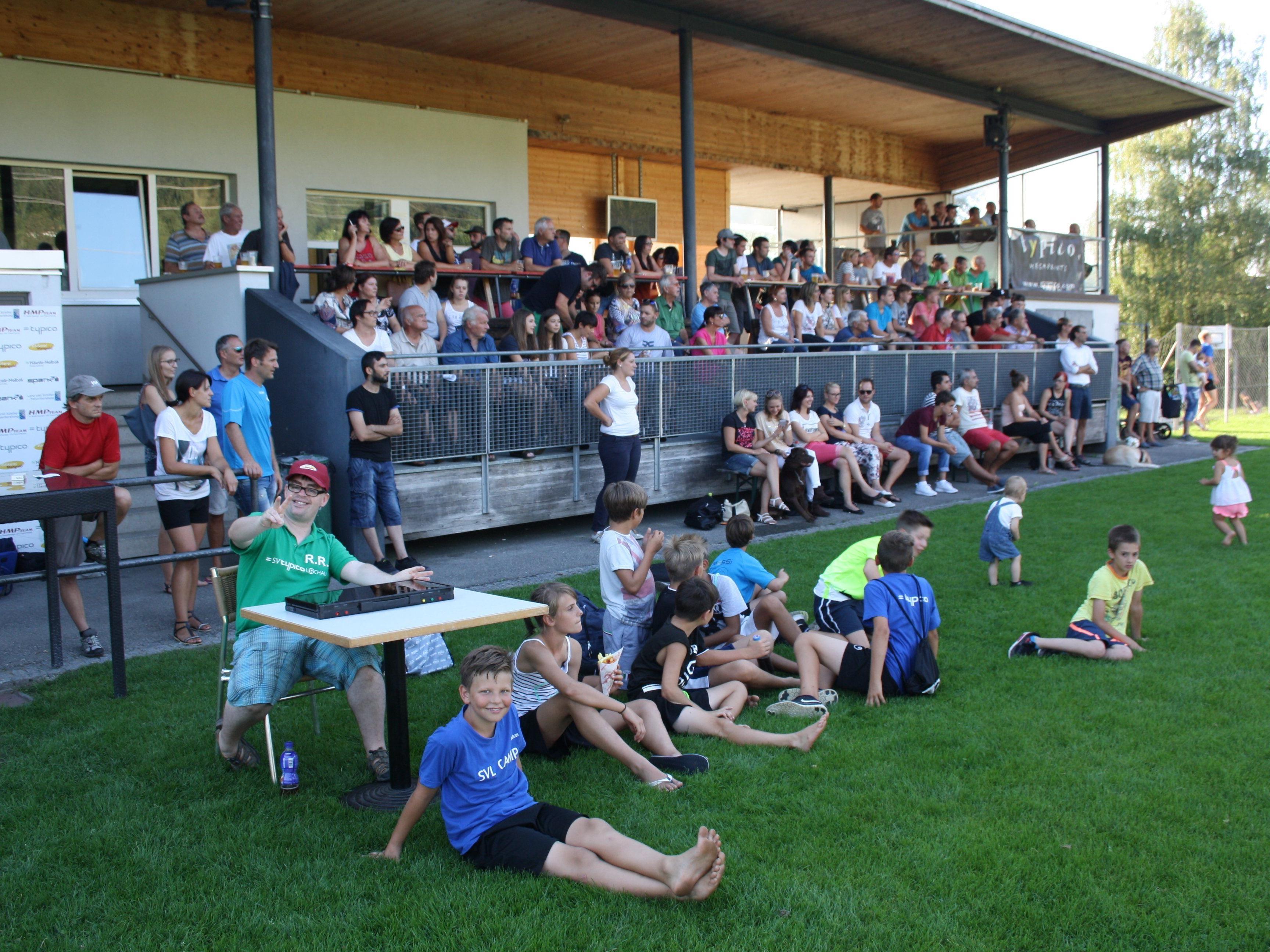Die Haupttribüne auf der Sportanlage Hoferfeld wird bei jedem Heimspiel zum großen Treffpunkt der jungen und alten Lochauer Fußballfans.