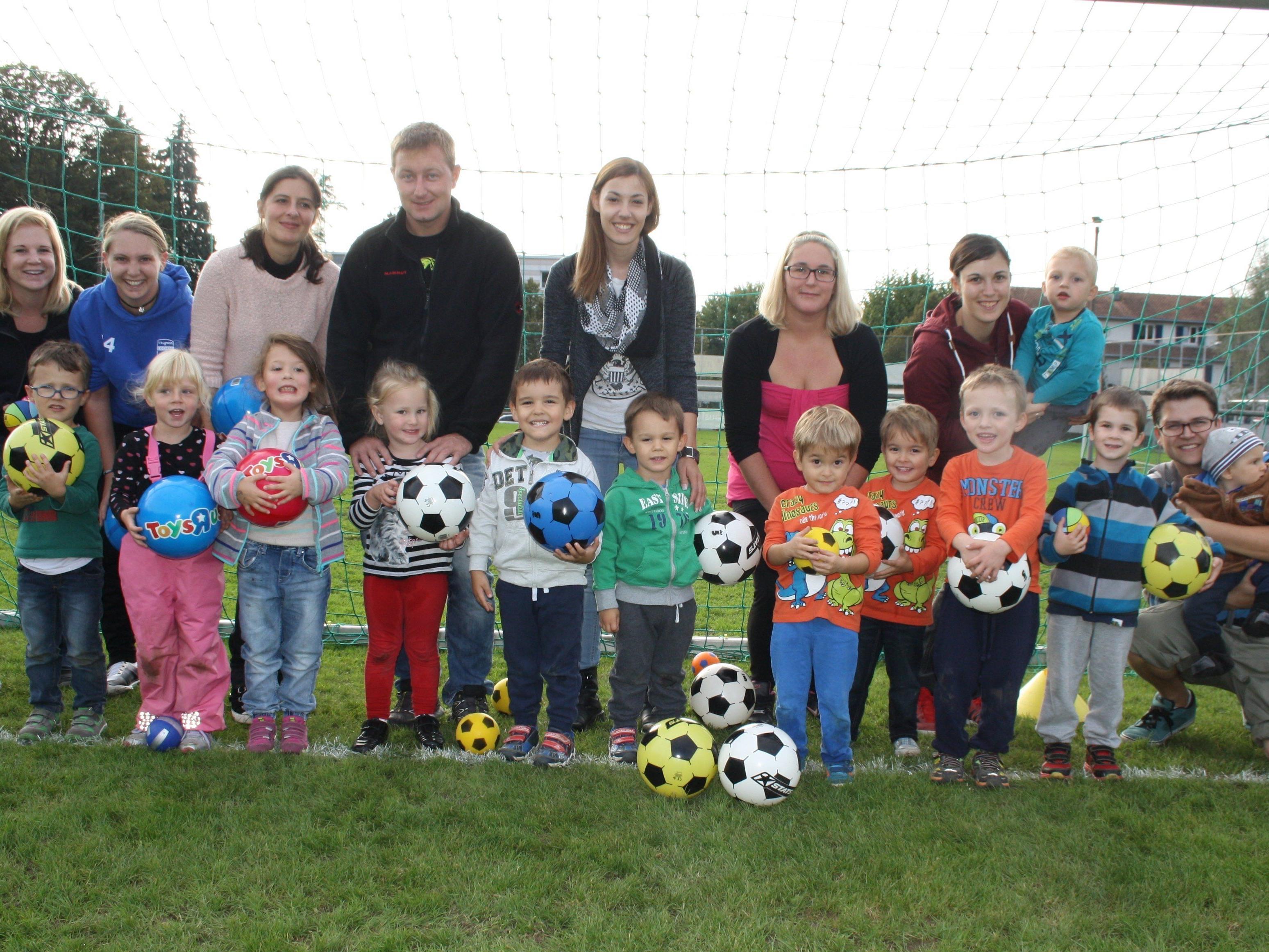 """Mit viel Begeisterung kommen die kleinen Sportler mit ihren Eltern oder Begleitpersonen in die """"Ballschule"""" des SV Typico Lochau."""