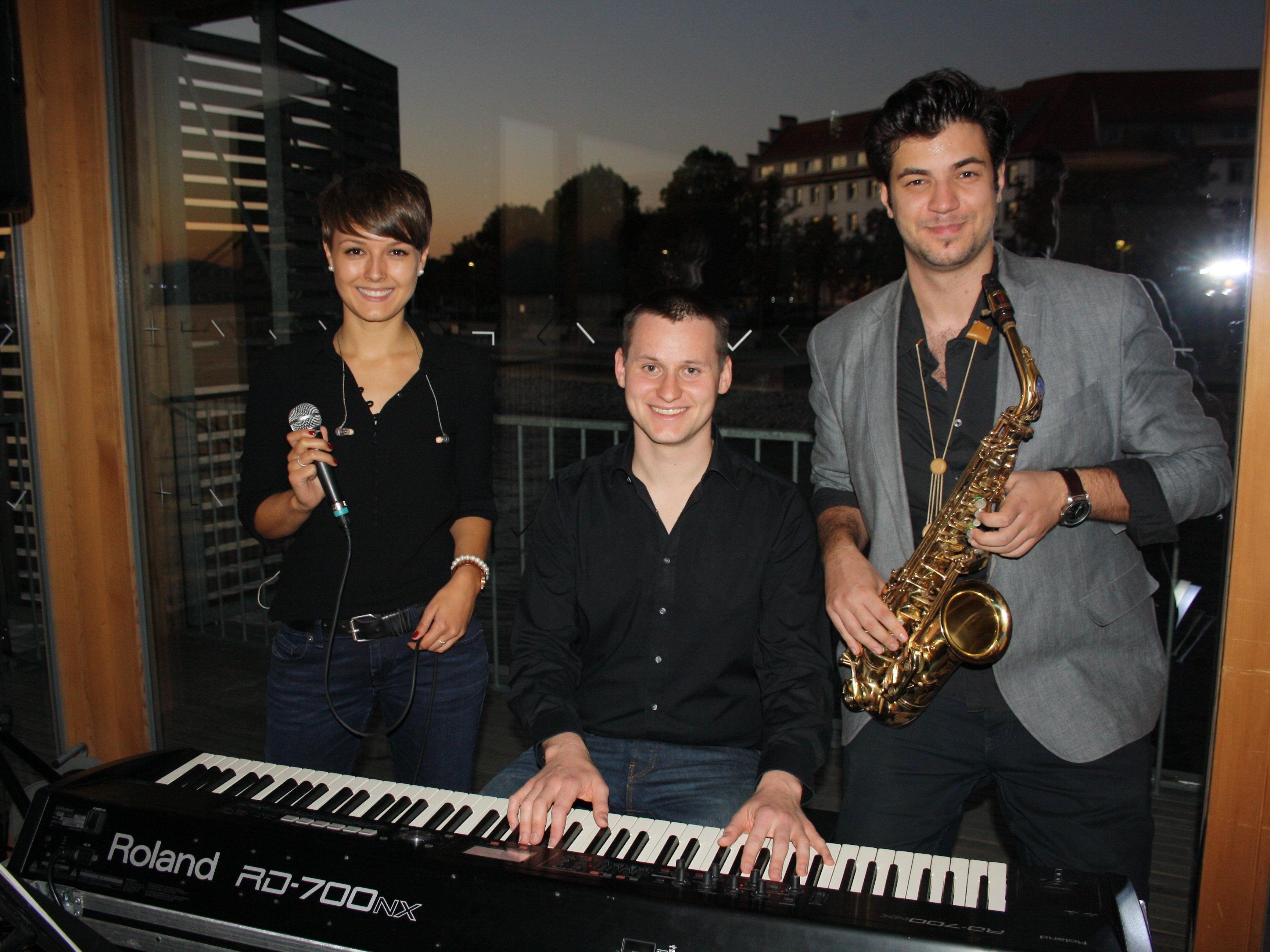 """BU: Nina Berchtel (Vocal), Christian Heuschneider (Piano) und Cenk Dogan (Saxophon) eröffneten die """"Jazz am See""""-Abende am Lochauer Kaiserstrand – nun jeden ersten Donnerstag im Monat auf dem Badehaus des Seehotels."""