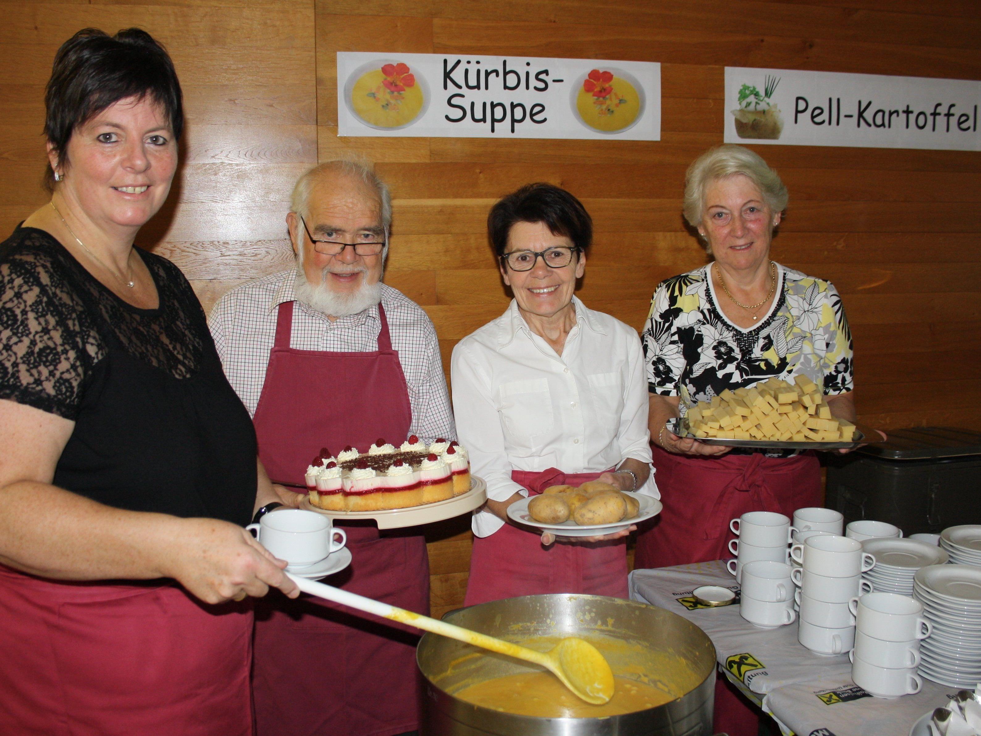 """Auch in diesem Jahr konnte sich der Lochauer Missionskreis über einen bestens besuchten """"Kartoffeltag"""" freuen: Petra Rührnschopf, Bernd Ebenhoch, Helga Alge und Johanna Goll."""