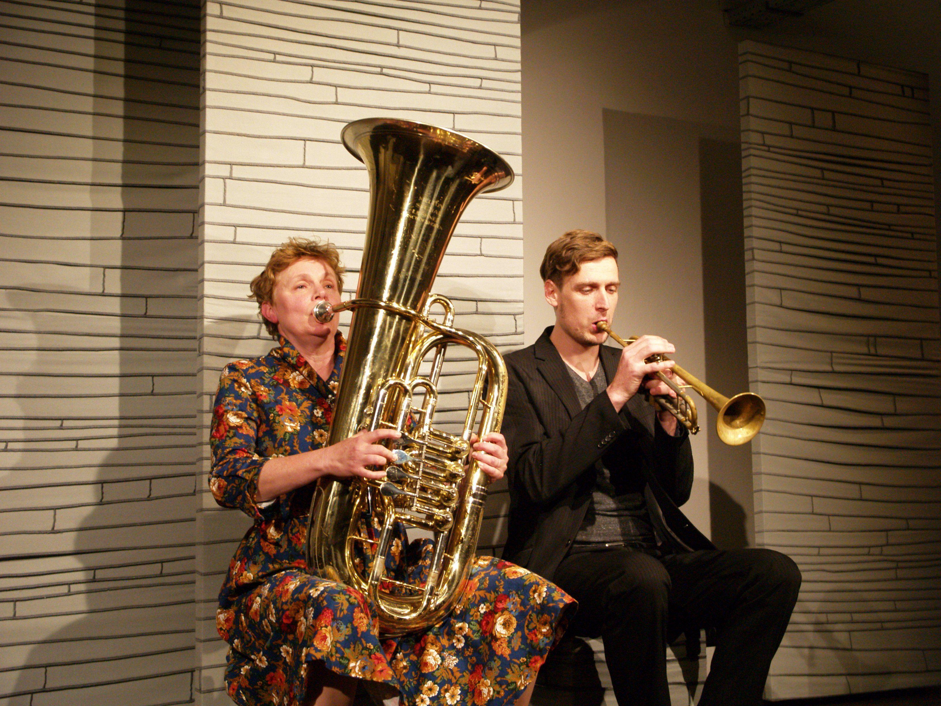 Schauspielerin Helga Pedross und Musiker Johannes Bär gaben theatrale Einblicke in Lebensräume und Hausgeschichten.