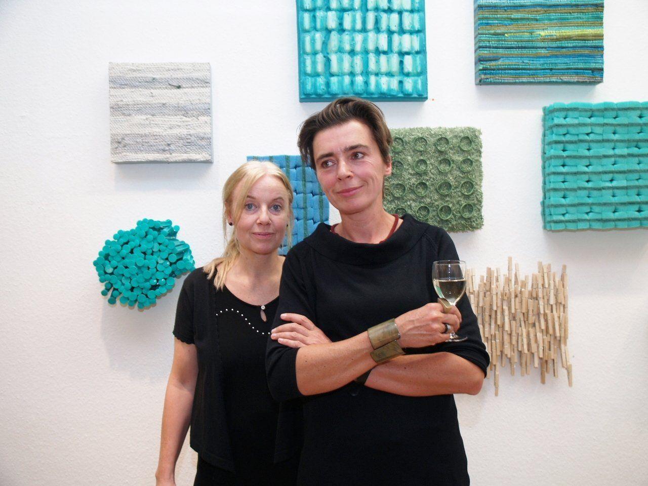"""Künstlerinnen May-Britt Nyberg - Chromy und Franziska Stiegholzer bei der Eröffnung ihrer Ausstellung """"AlltagsDINGE"""""""