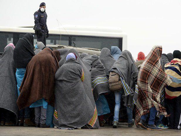 Flüchtlinge am Parkplatz des alten Grenzstation in Nickelsdorf an der ungarischen Grenze