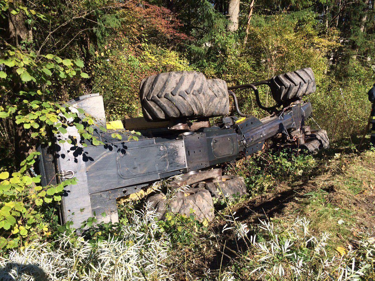 Holzschlepper vom Damm gekippt.