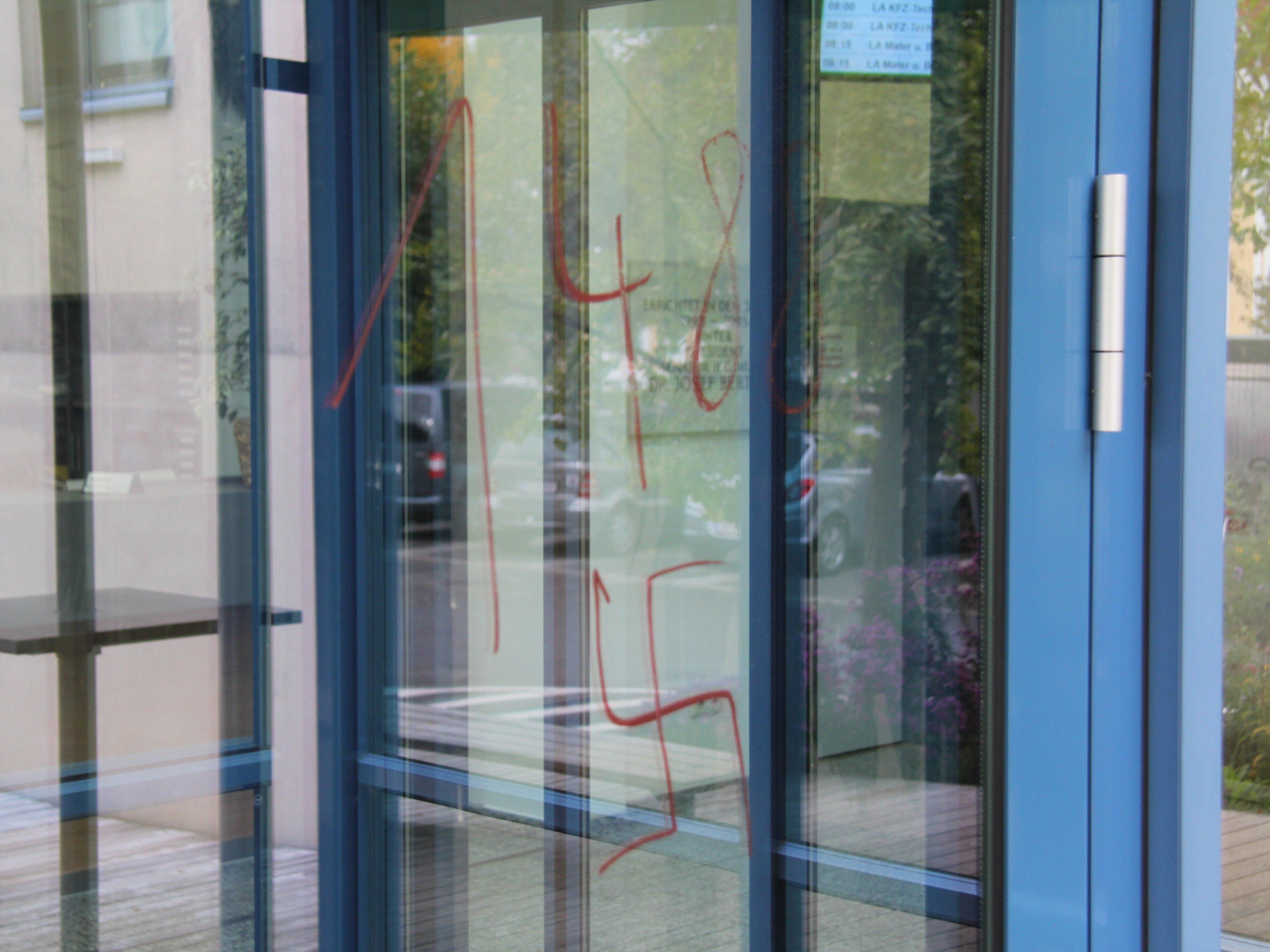 Hohenems: Asylbewerberheim und mehrere Orte im Jüdischen Viertel mit Nazi-Symbolen beschmiert.