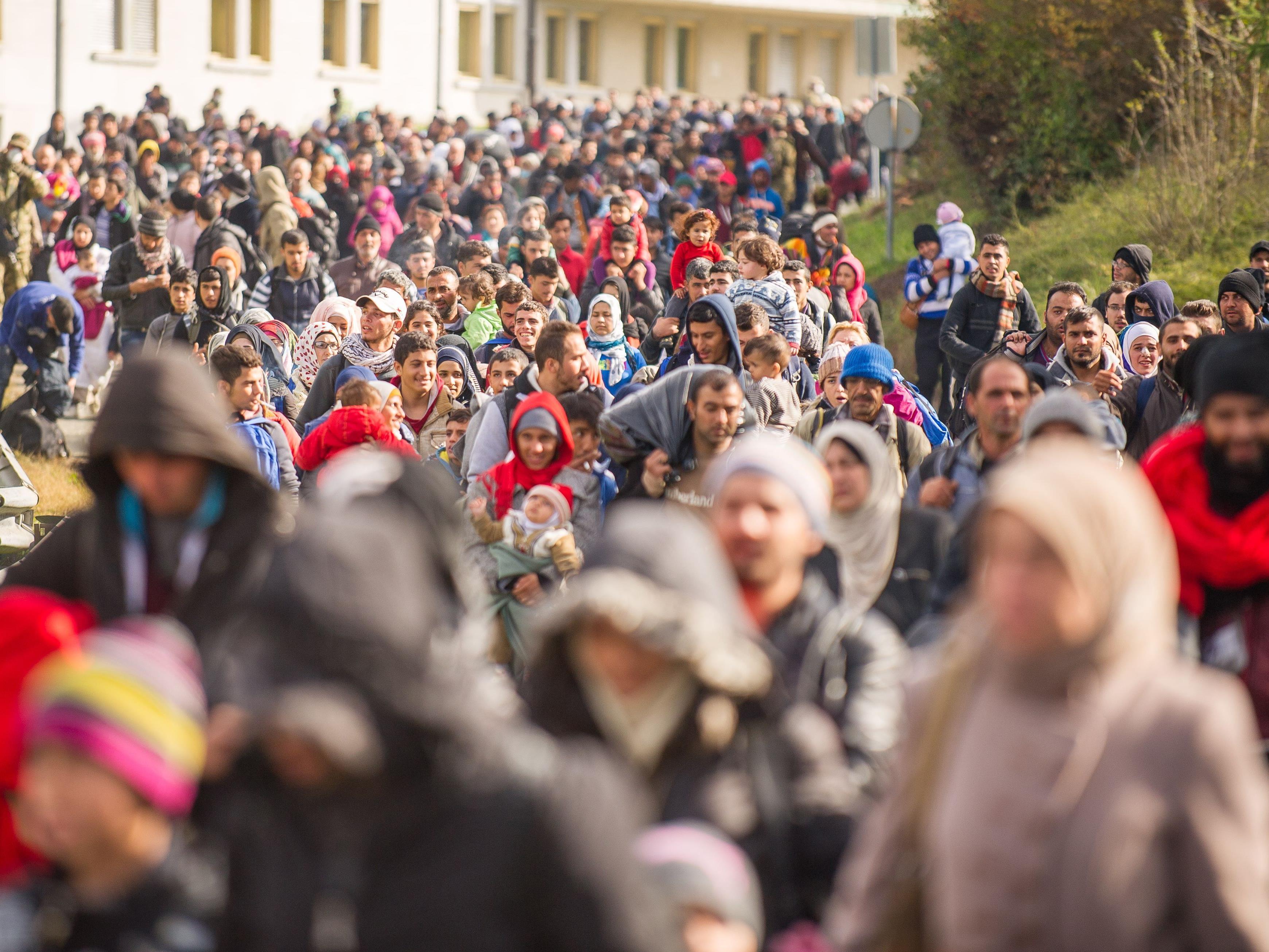 Tausende Flüchtlinge sind auf der Balkanroute unterwegs, die EU-Staaten ergehen sich in gegenseitigen Vorwürfen.