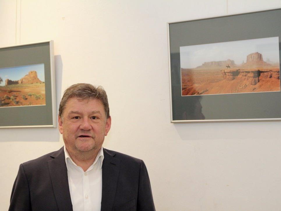 """Der Feldkircher Fotograf Josef Güfel freut sich über Besucher seiner Ausstellung """"USA"""" im Landeskonservatorium."""