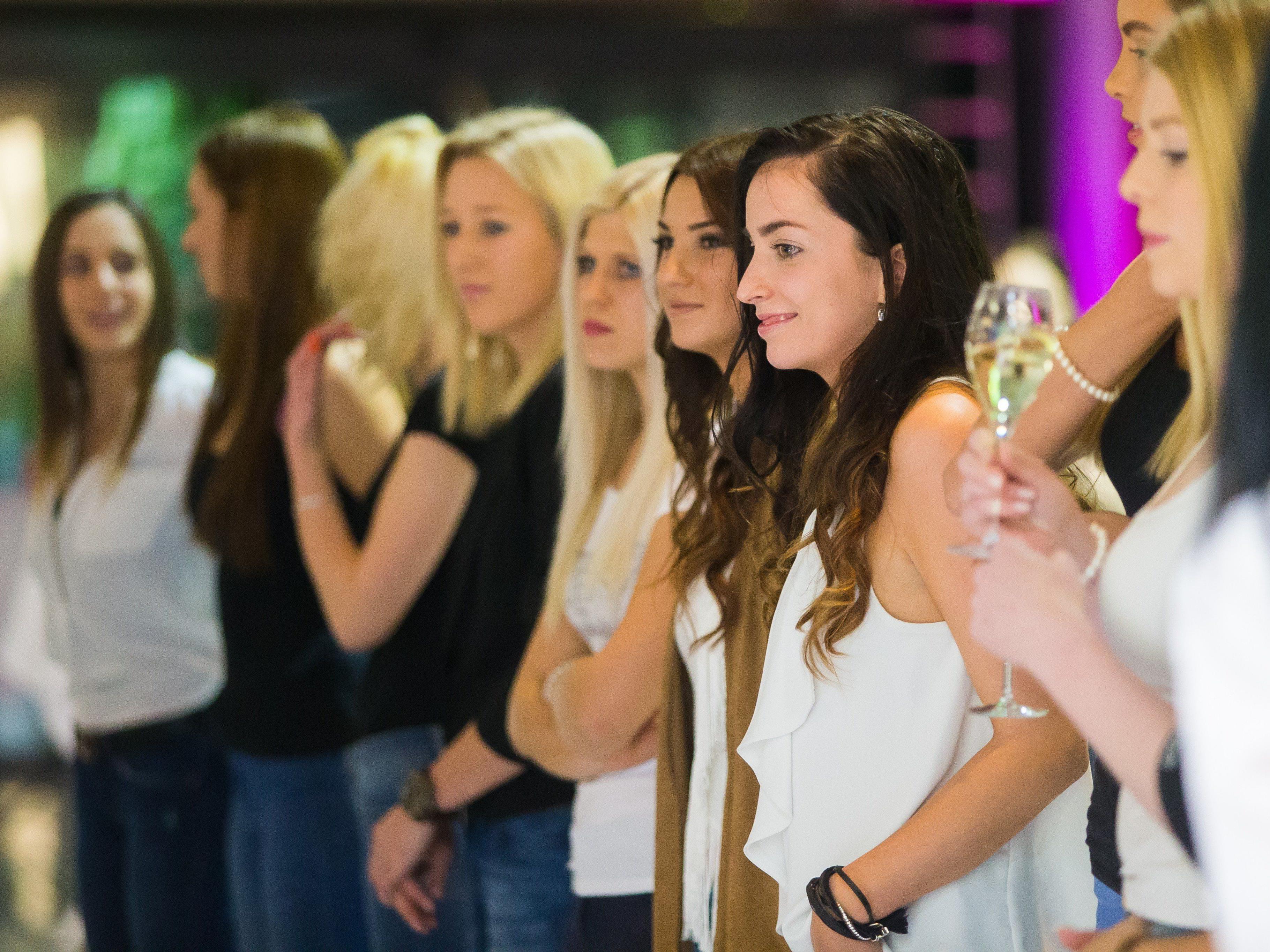 Dutzende Mädchen zeigten sich vor der Jury von ihrer besten Seite.