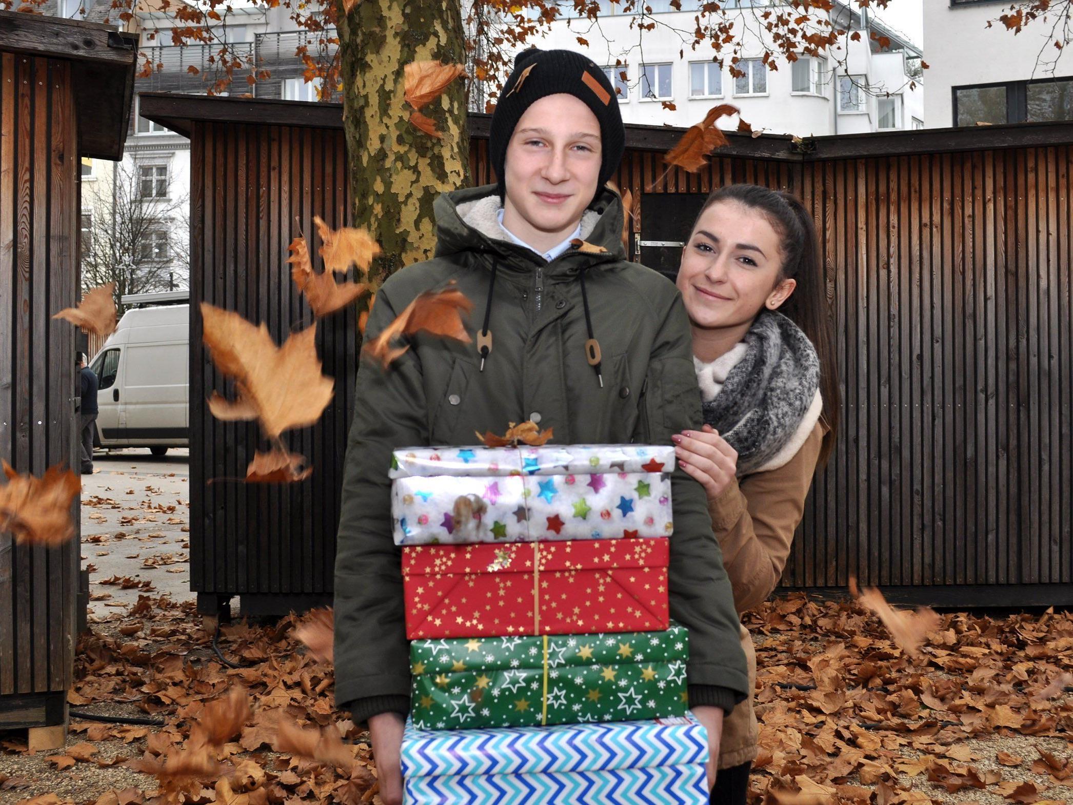 Morris und Feride, die beiden Lehrlinge der Sparkasse Bregenz, haben fleißig beim Einpacken geholfen.
