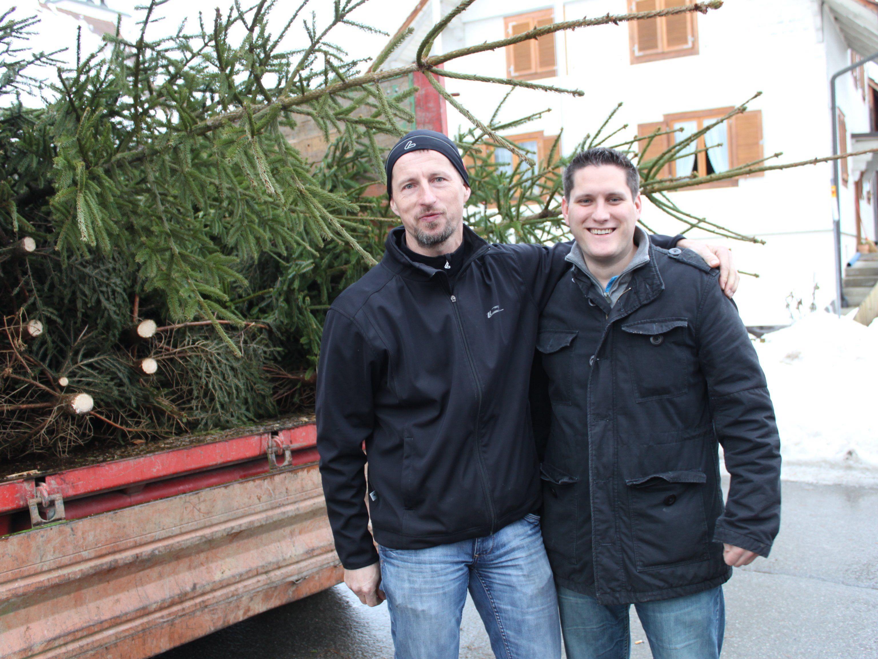 Bgm. Steve Mayr (re.) lädt zum Christbaummarkt am 19.12. ein. Gemeinderat Hugo Kathan (li.) sorgt für Kulinarisches.