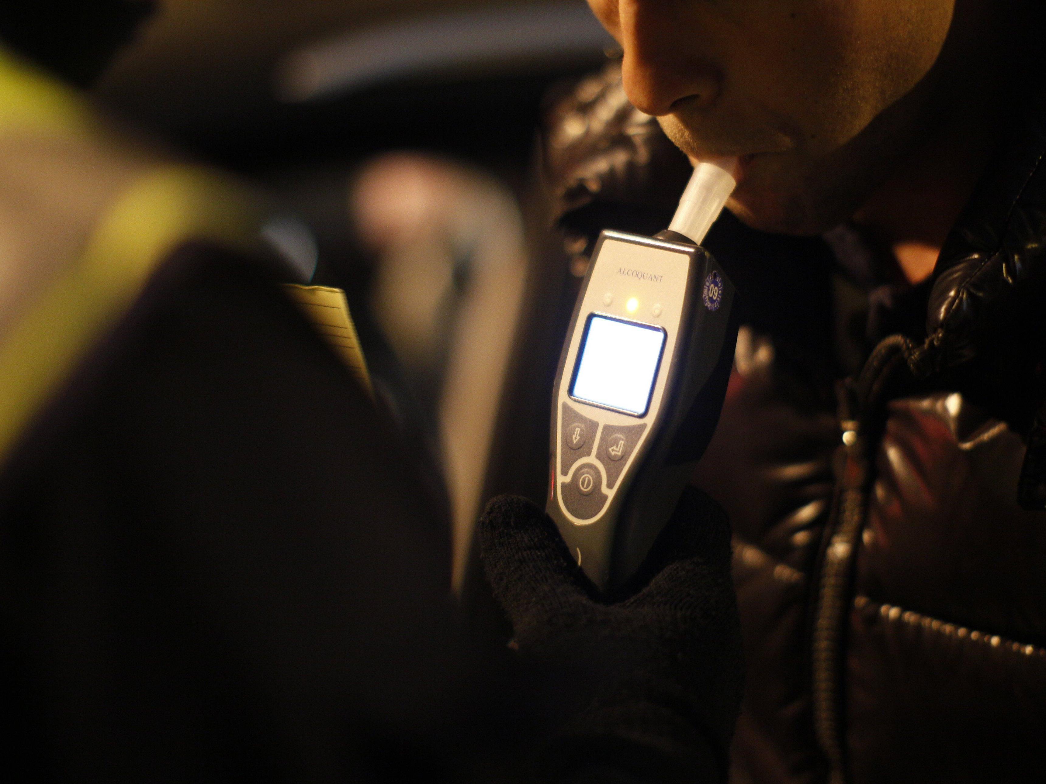 Stark alkoholisierter Autofahrer verursacht Unfall in Brand.