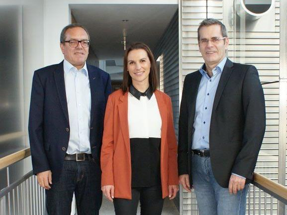 V.l.n.r. Marketingleiter Arno Sprenger und Kathrin Mair von der Sparkasse Bludenz sowie Direktor Hel-mut Abl vom BG Bludenz freuen sich über die Weiterführung der Partnerschaft.