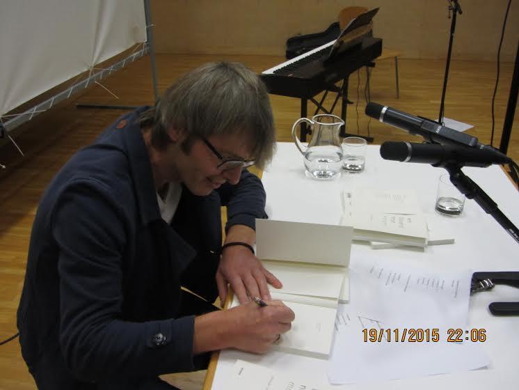 Der Vorarlberger Autor Alexander Jehle hatte alle Hände voll zu tun mit Bücher signieren.