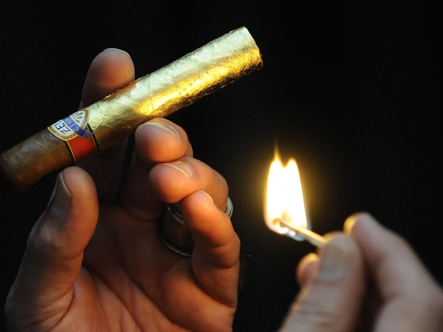 Der Zigarrenrauch störte den Nachbar, sodass er vor Gericht zog.