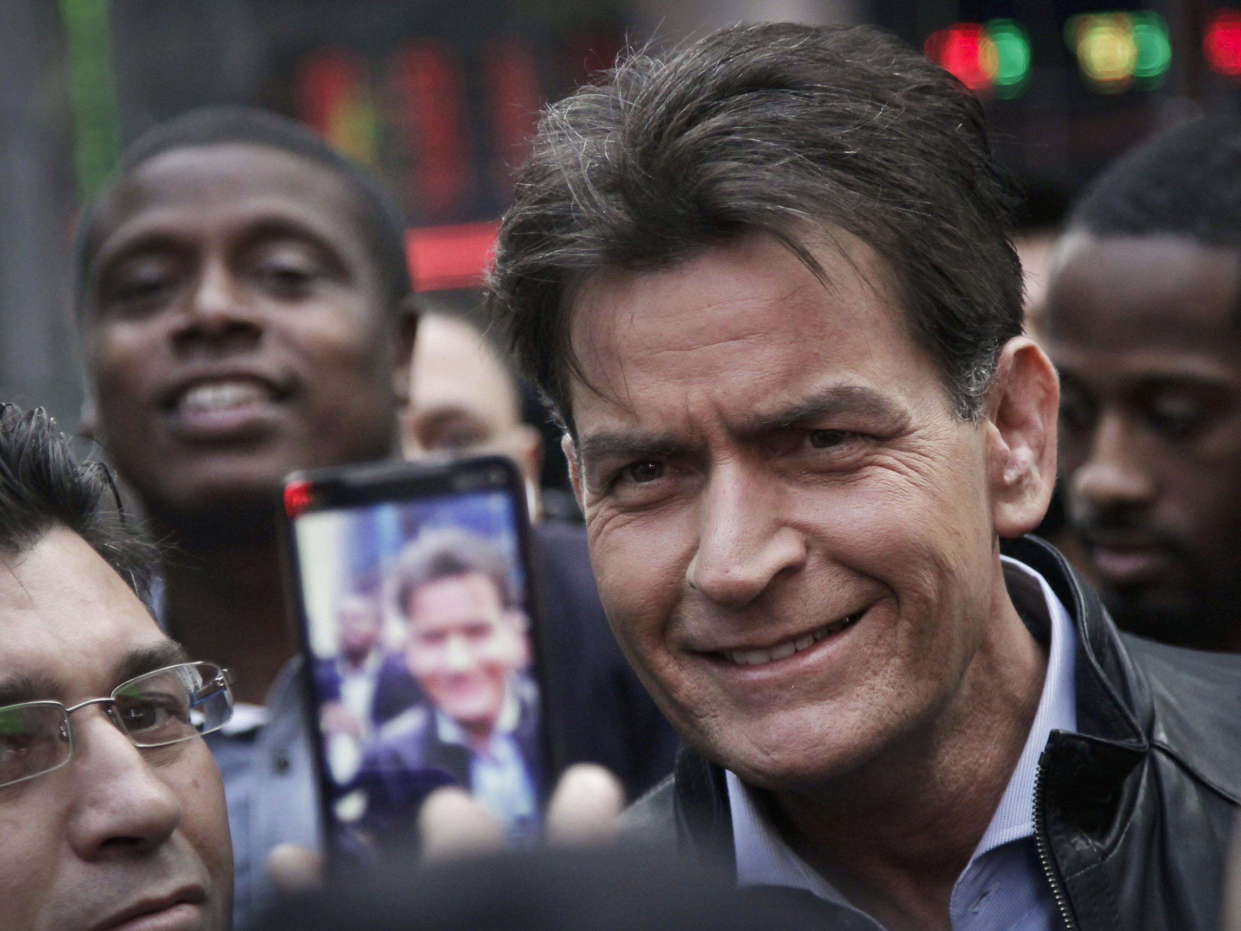 Charlie Sheen bahnt sich seinen Weg durch die Menge am New Yorker Times Square.