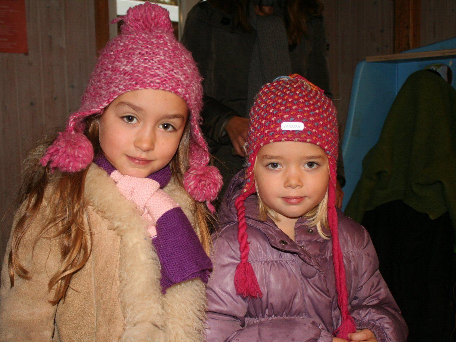 Theresa und Emma auf dem Adventbasar