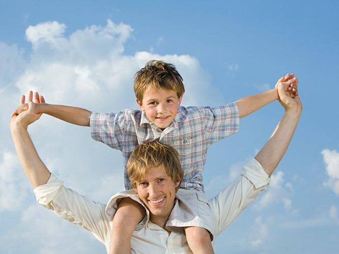 Väter sind meist die ersten männlichen Vorbilder für Kinder.