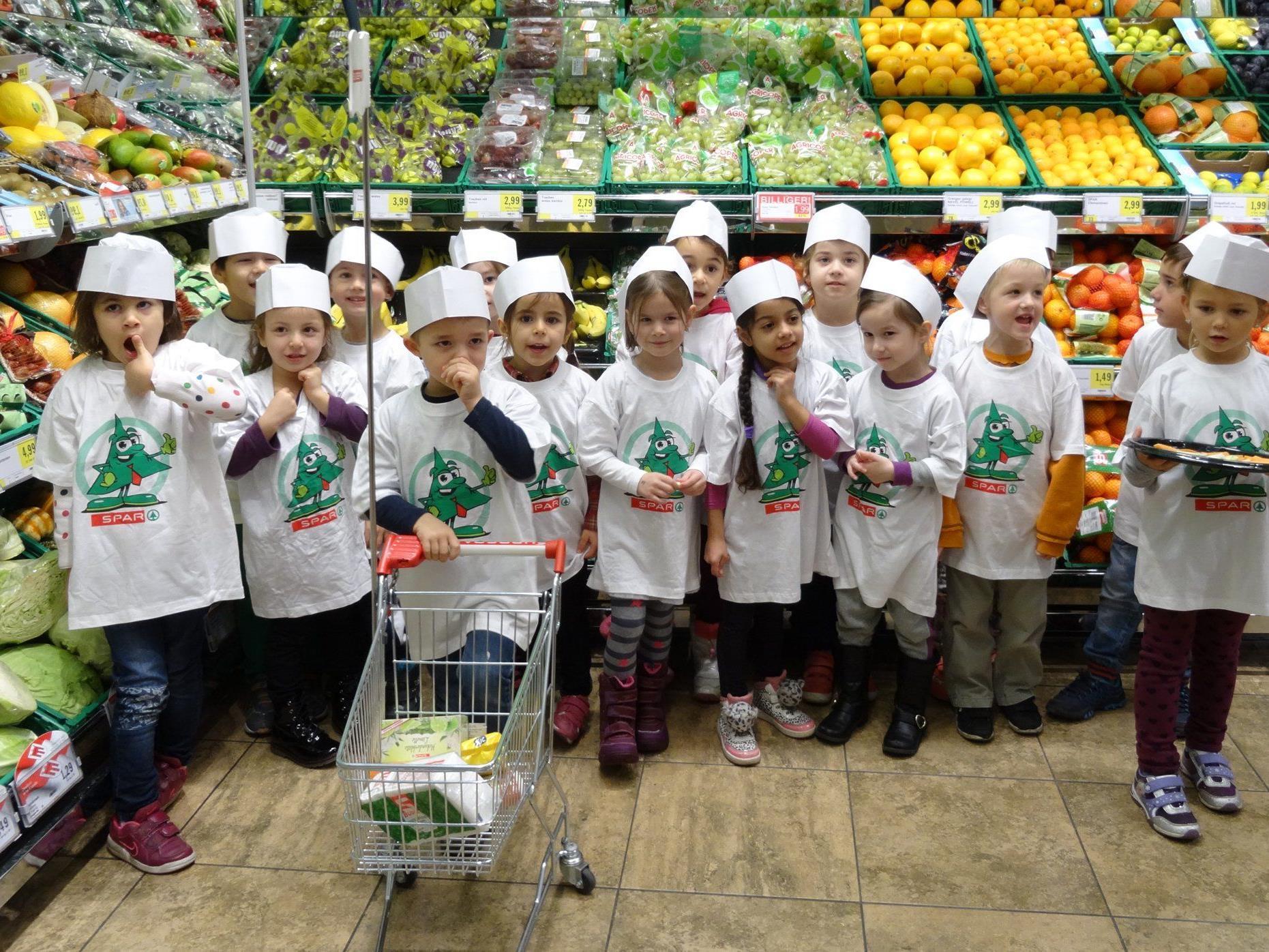 16 Kinder vom Kindergarten Blumenegg besuchten den EUROSPAR Bre-genz-Mariahilf und durften selbst anpacken.