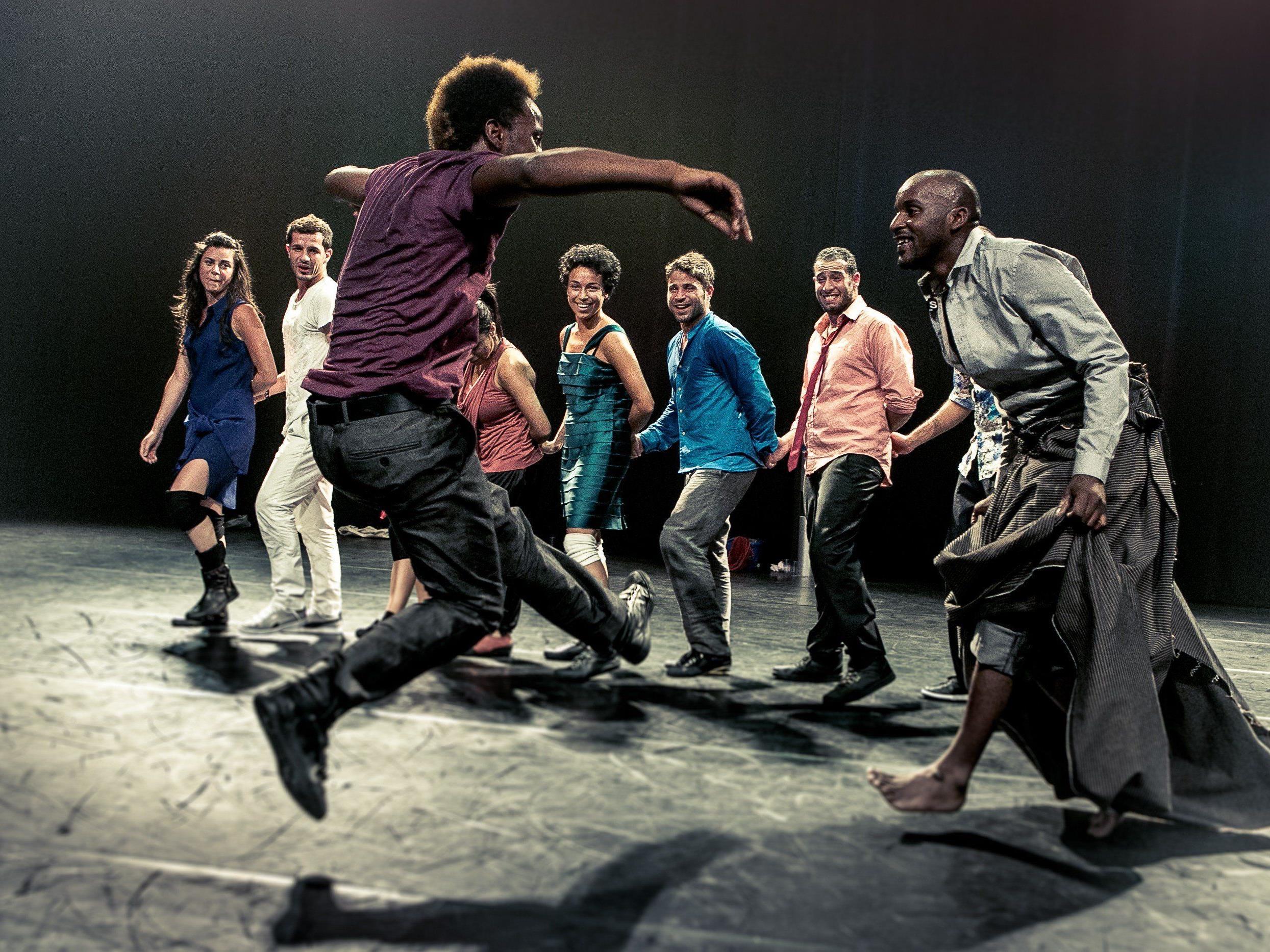 """Das Tanzspektakel """"Badke"""" der belgischen Kompanie Les Ballets C de la B sprudelt vor Lebensfreude und Energie."""