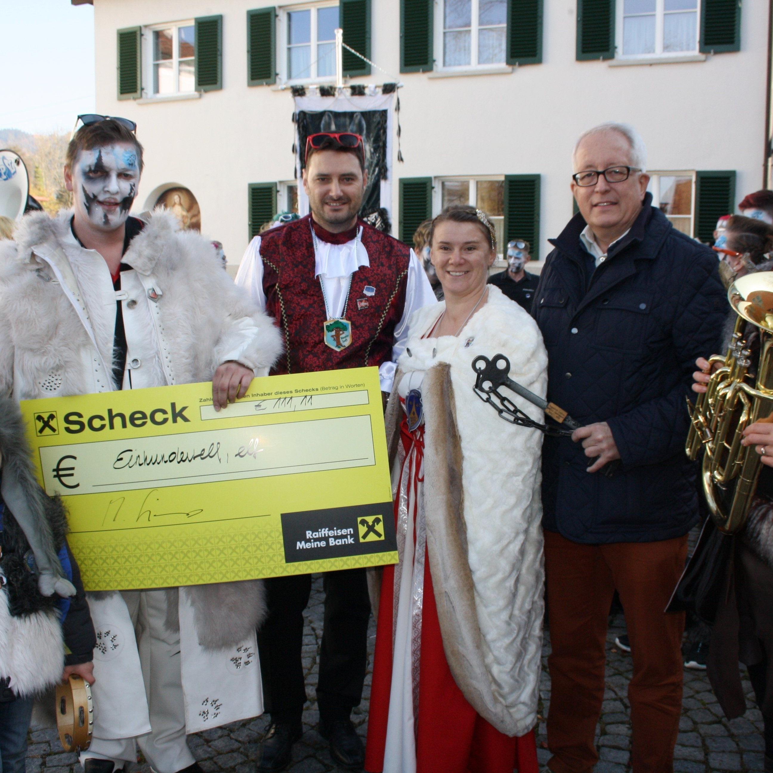 """Traditionell überreichte Bürgermeister Michael Simma den symbolischen """"111,11 Euro""""-Scheck"""" und bedankte sich bei den engagierten Organisatoren des """"Lochauer Kinderfasching 2016"""" für ihren Einsatz."""