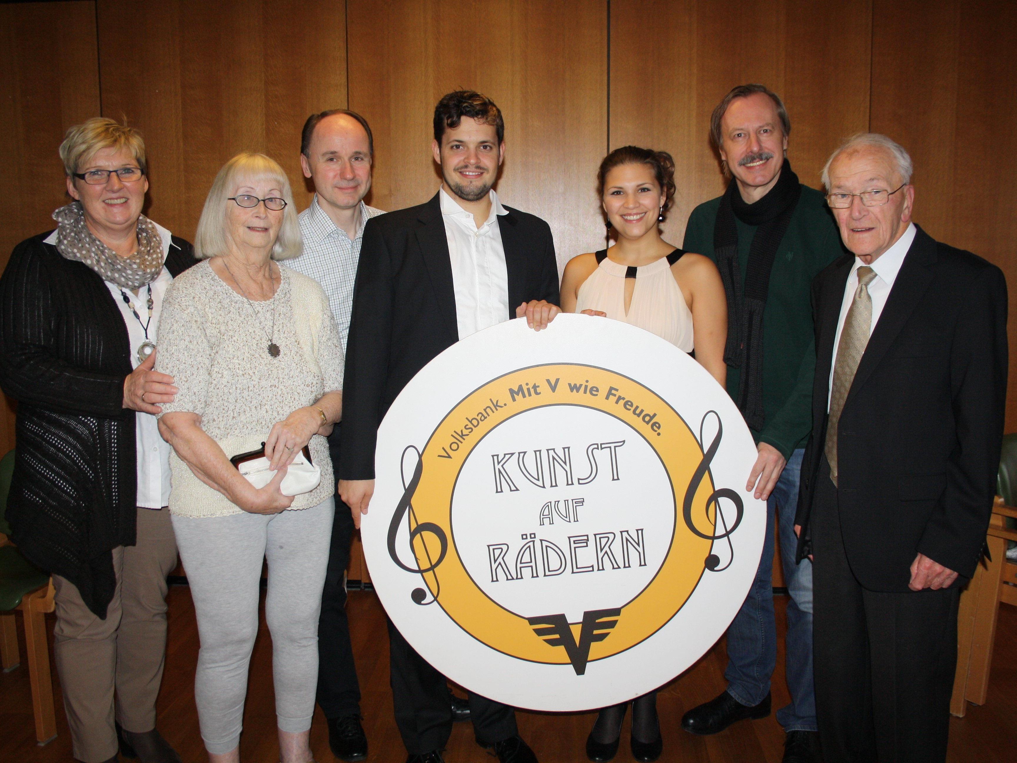 """Die Künstlergruppe """"Kunst auf Rädern"""" mit Herbert Fischerauer, Philippe Spiegel, Theresa Dittmar und Pavel Singer (Bildmitte) kam gerne zu diesem Konzertauftritt ins Pflegeheim Jesuheim nach Lochau."""