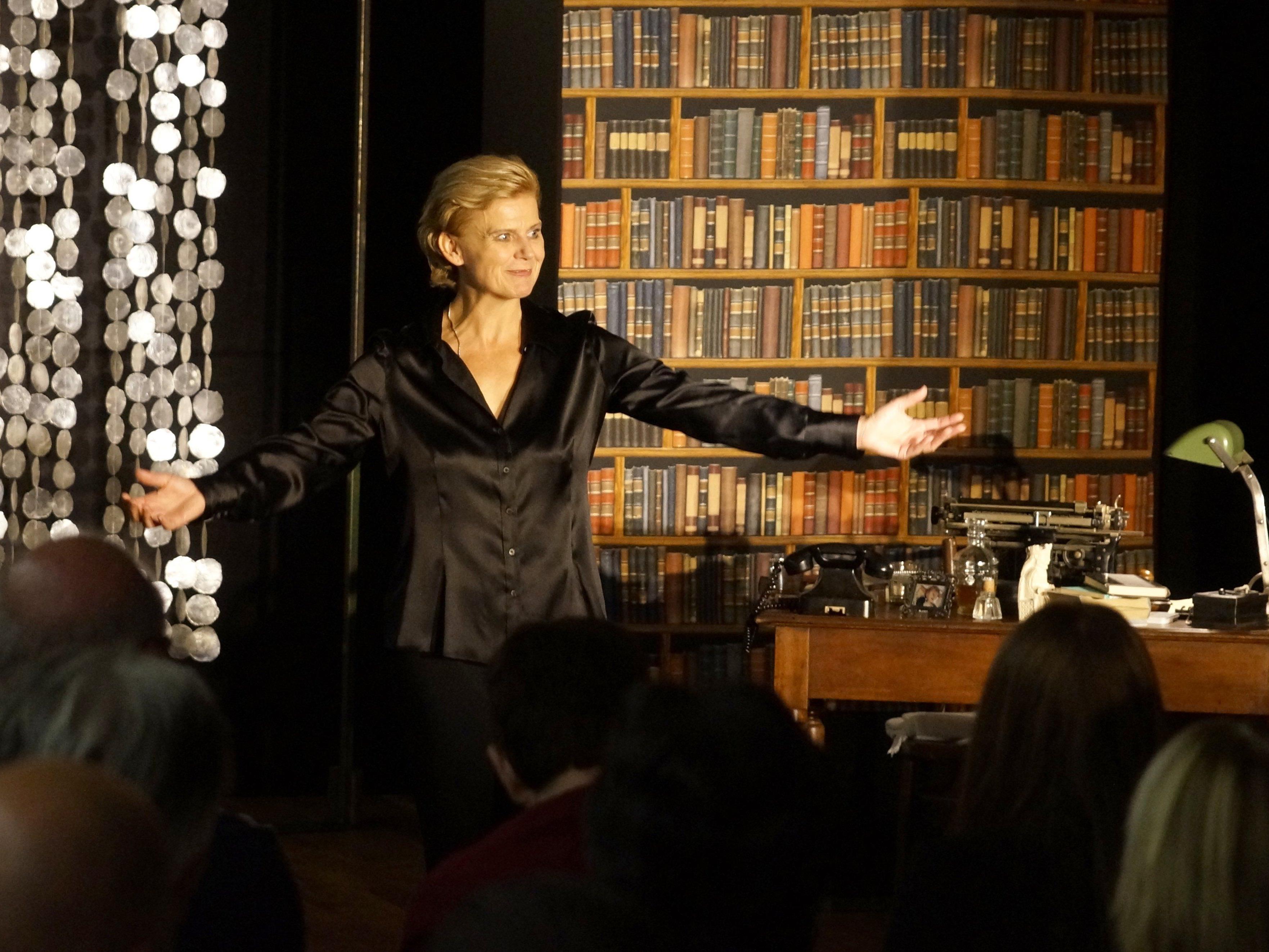 """Renate Bauer führt im Stück """"Amerika, Amerika – Der Ozeanpianist"""" mit schwungvoller und eleganter Hand Regie."""