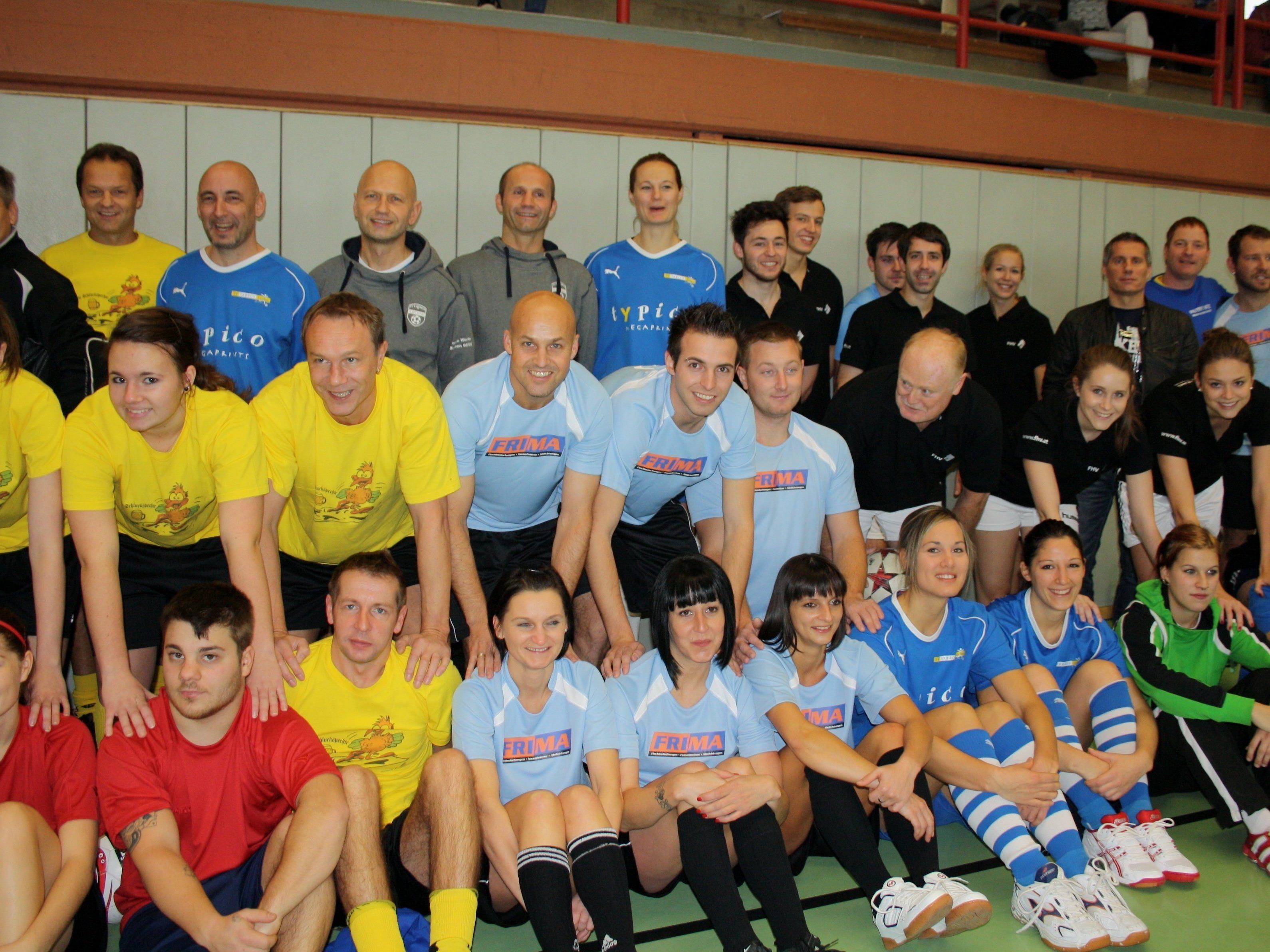 """Geselligkeit und Spaß am Fußballspielen stehen beim """"Turnier des Herzens 2015"""" in der Sporthalle Lochau im Mittelpunkt."""