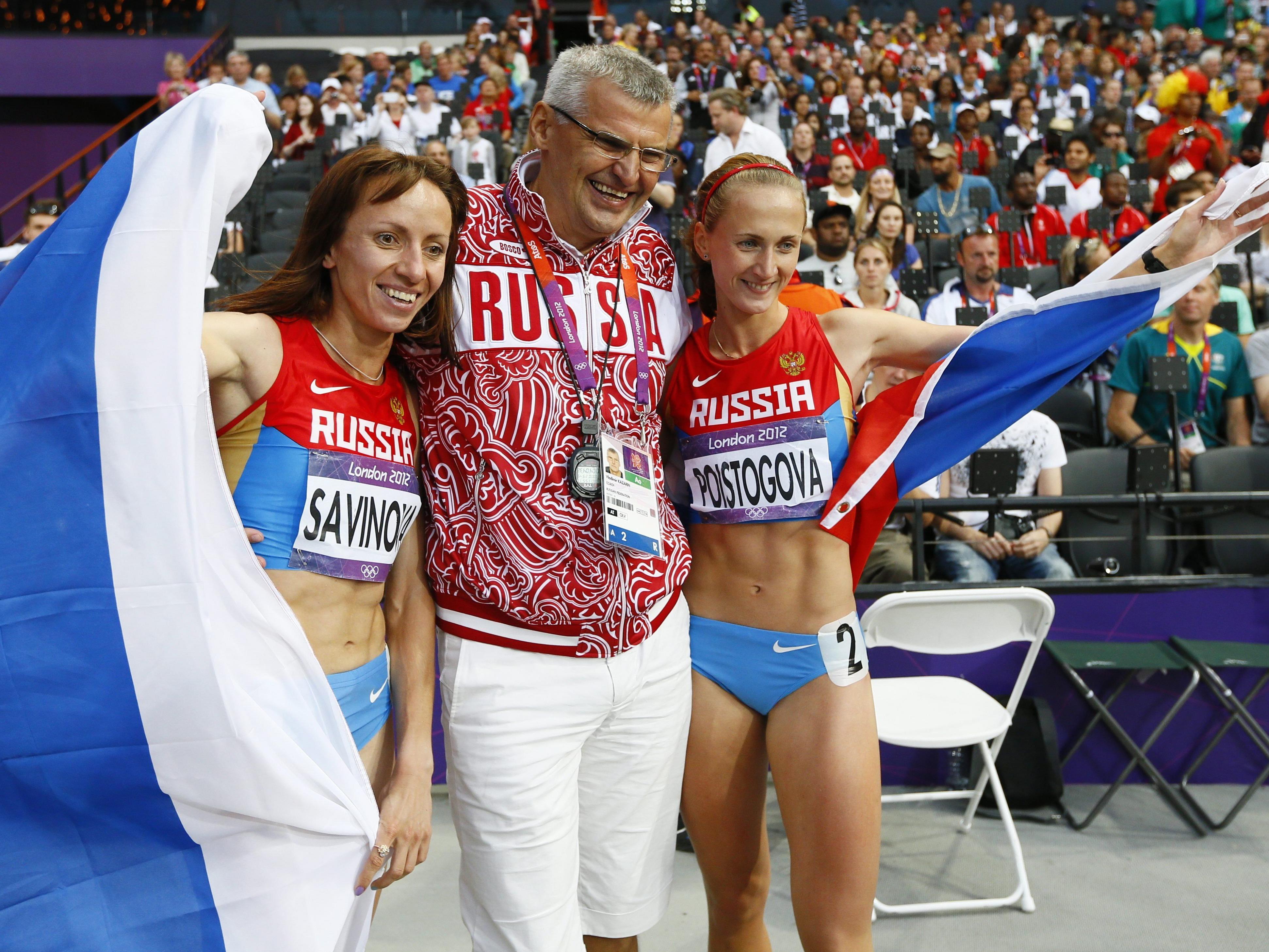 Mariya Savinova (l.) und Ekaterina Poistogova feiern Olympia-Gold und -Bronze über 200 Meter in london 2012. Beide könnten jetzt lebenslang gesperrt werden.