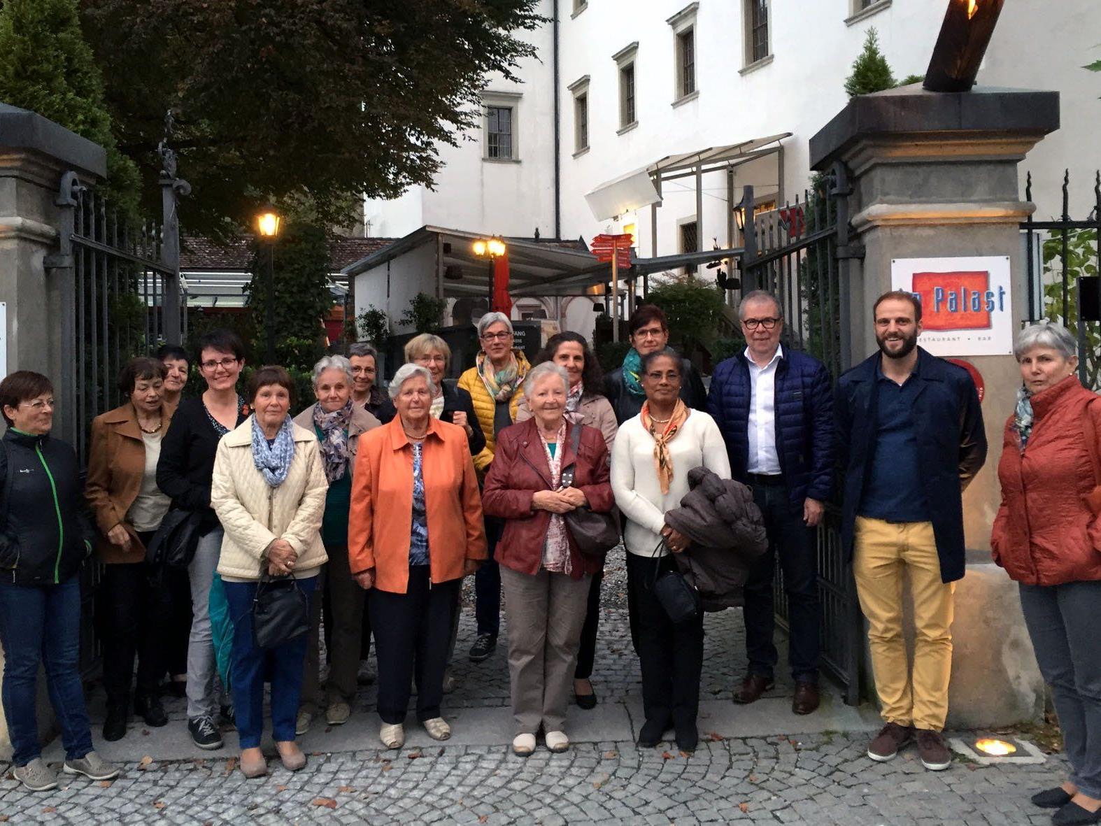 Die Ausflugsgruppe, bestehend aus den ehrenamtlichen Mitarbeiterinnen und Mitarbeitern, den Ehrenamtskoordinatorinnen, der Pflegedienstleitung und der Heimleitung des SeneCura Laurentius-Parks Bludenz, vor dem Hohenemser Palast.