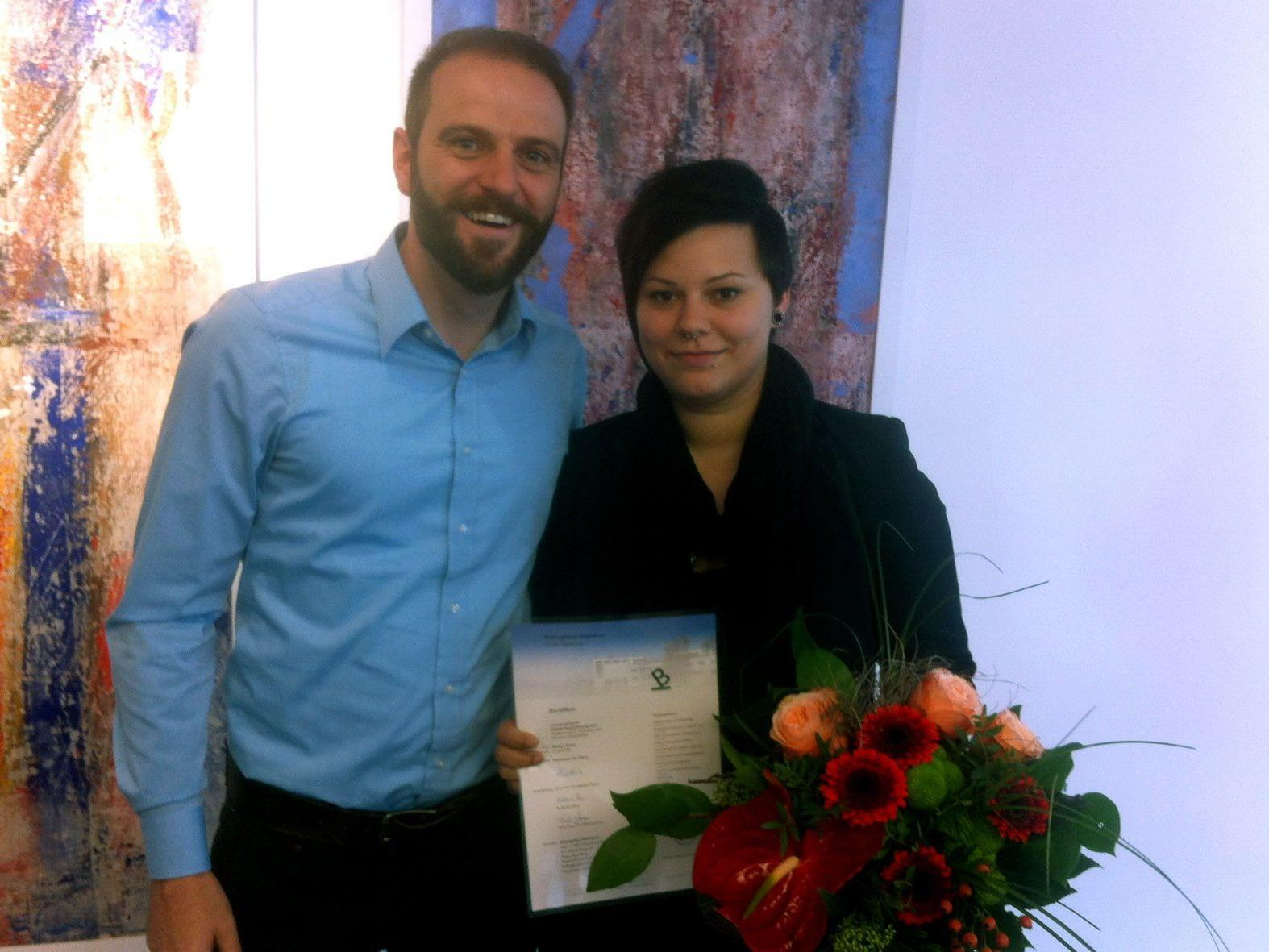 Der Pflegedienstleiter des SeneCura Laurentius-Parks Bludenz, Daniel Siegl, gratuliert der Absolventin Melanie Knaus.