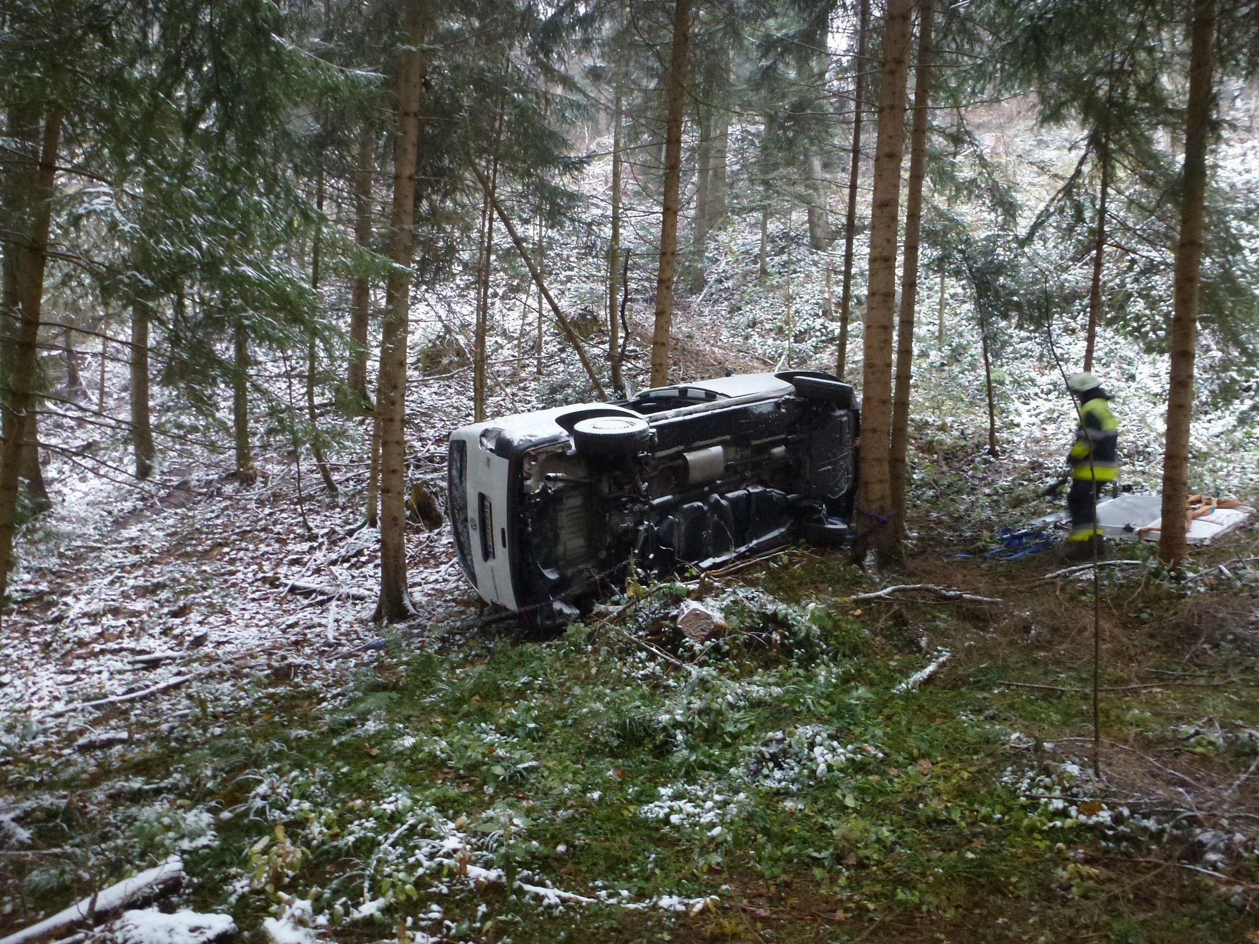 Fahrer überstand 50-Meter-Absturz unverletzt.