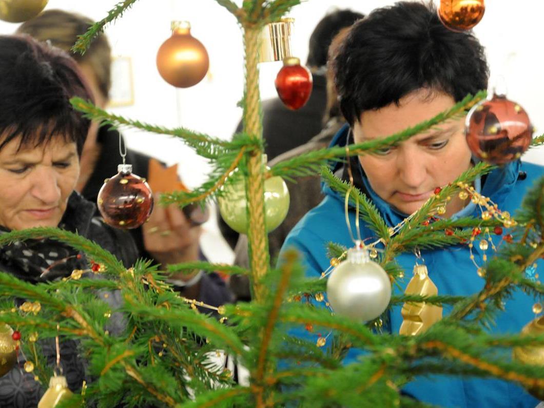Der Flohmarkt für Weihnachtsdeko tut Gutes für die Umwelt und ein soziales Projekt.