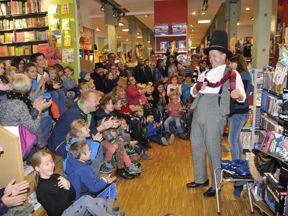 Zauberer Robert Ganahl brachte mit seinen Tricks die Kinder zum Staunen.