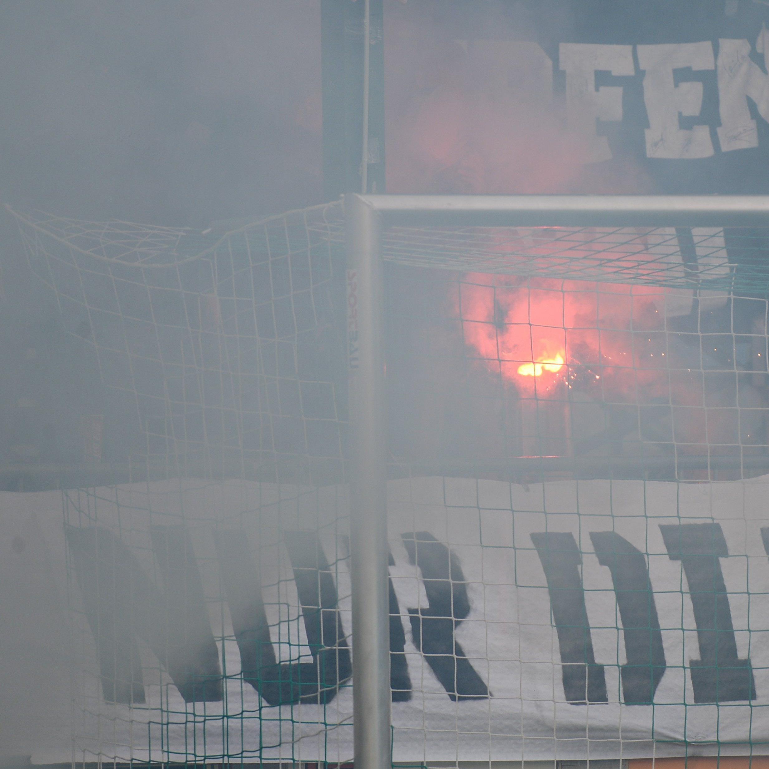 Lustenauer Fans zünden bei VLV-Cupspiel bengalisches Feuer.