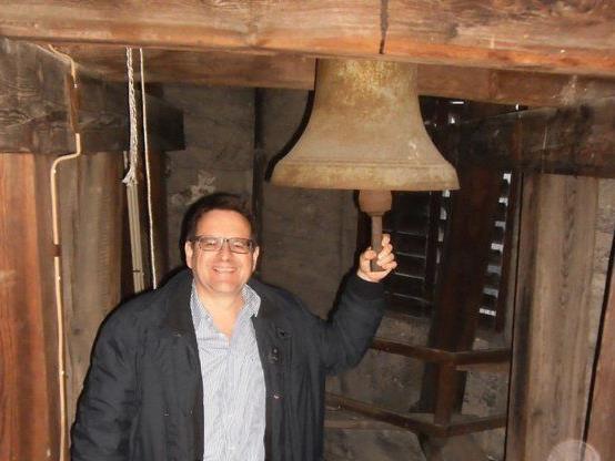 Obmann DI Thomas E. Kinz mit der kleinsten der drei Glocken.