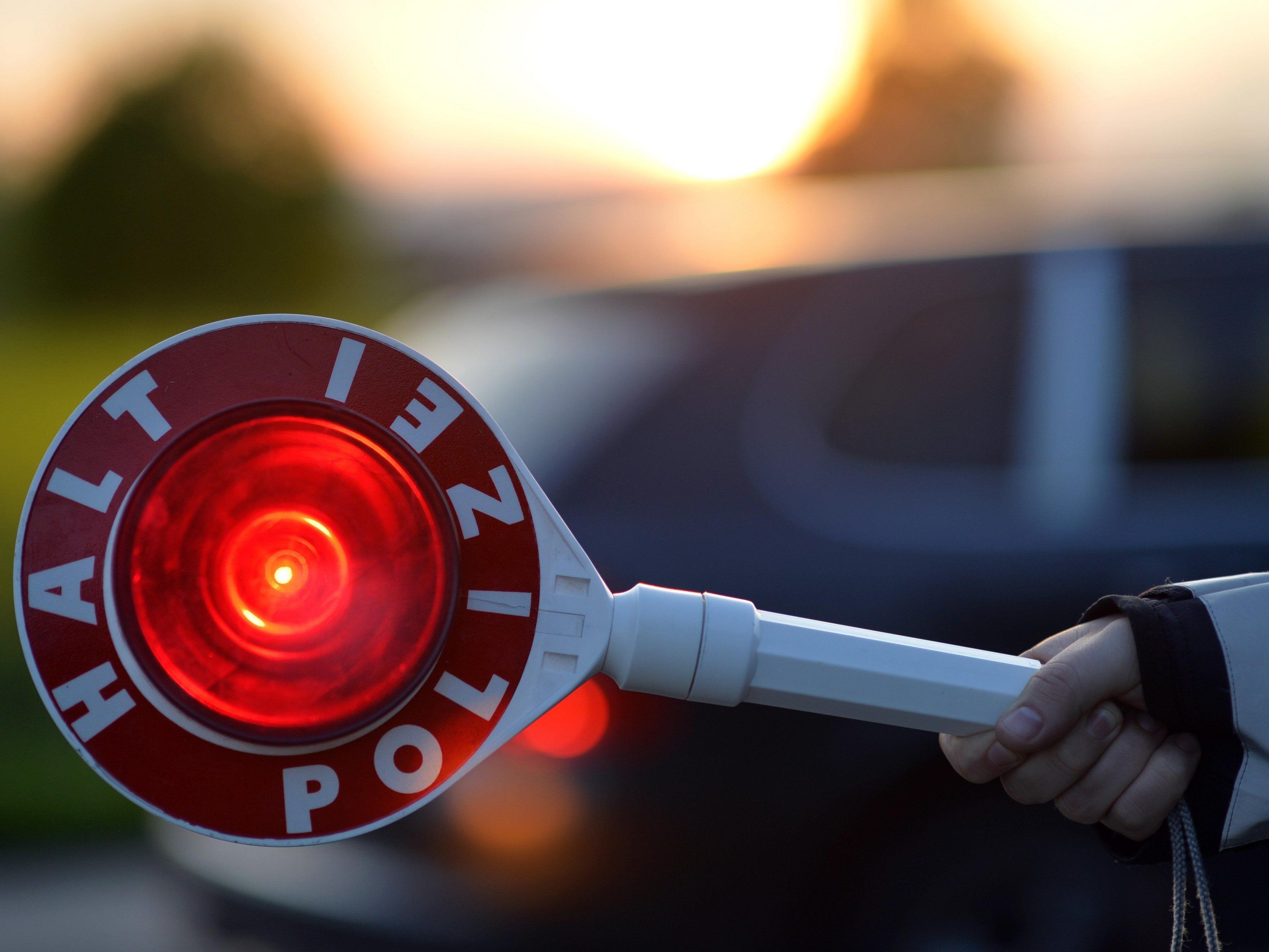 Polizeikontrolle klärt Unfall mit Fahrerflucht.
