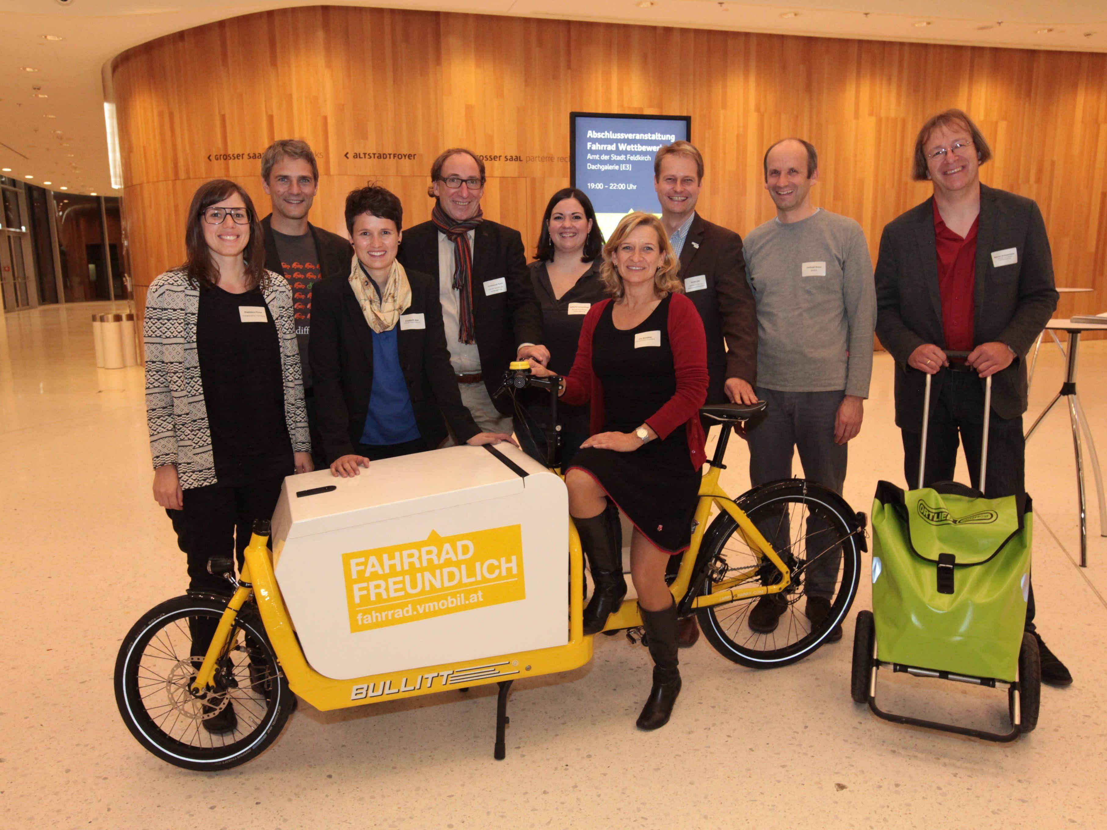 Landesrat Johannes Rauch und Martin Scheuermaier (Mobilitätsmanagement der Landesregierung) mit erfolgreichen Teilnehmerinnen und Teilnehmer des Fahrradwettbewerbs 2015