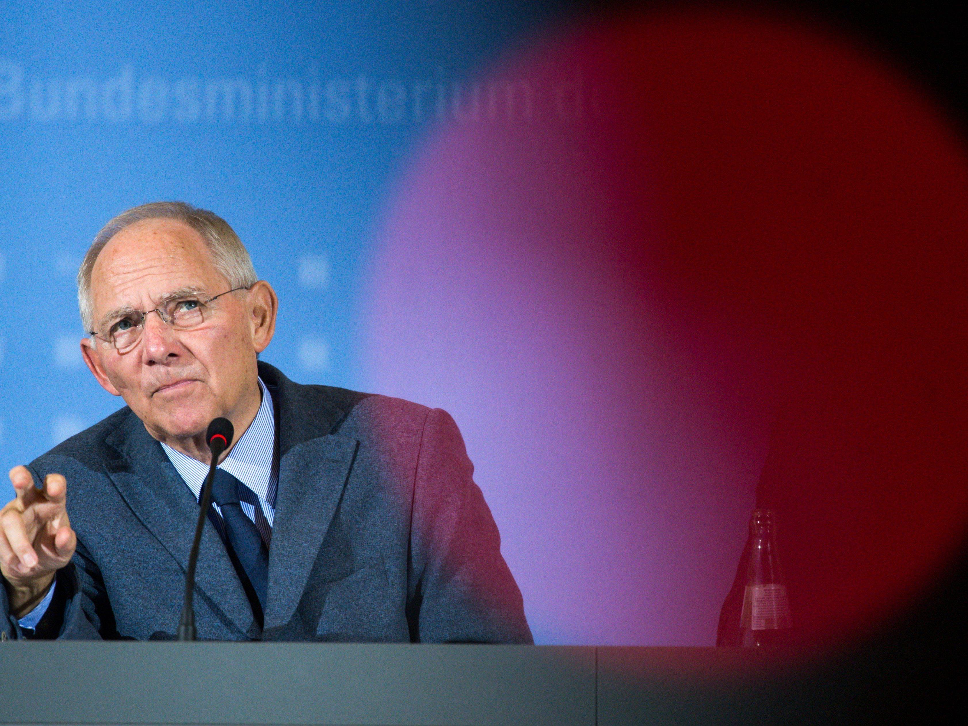 Mit dem Lawinen-Vergleich setzt sich Schäuble, der auch gern mal zündelt, einmal mehr von Angela Merkel ab.