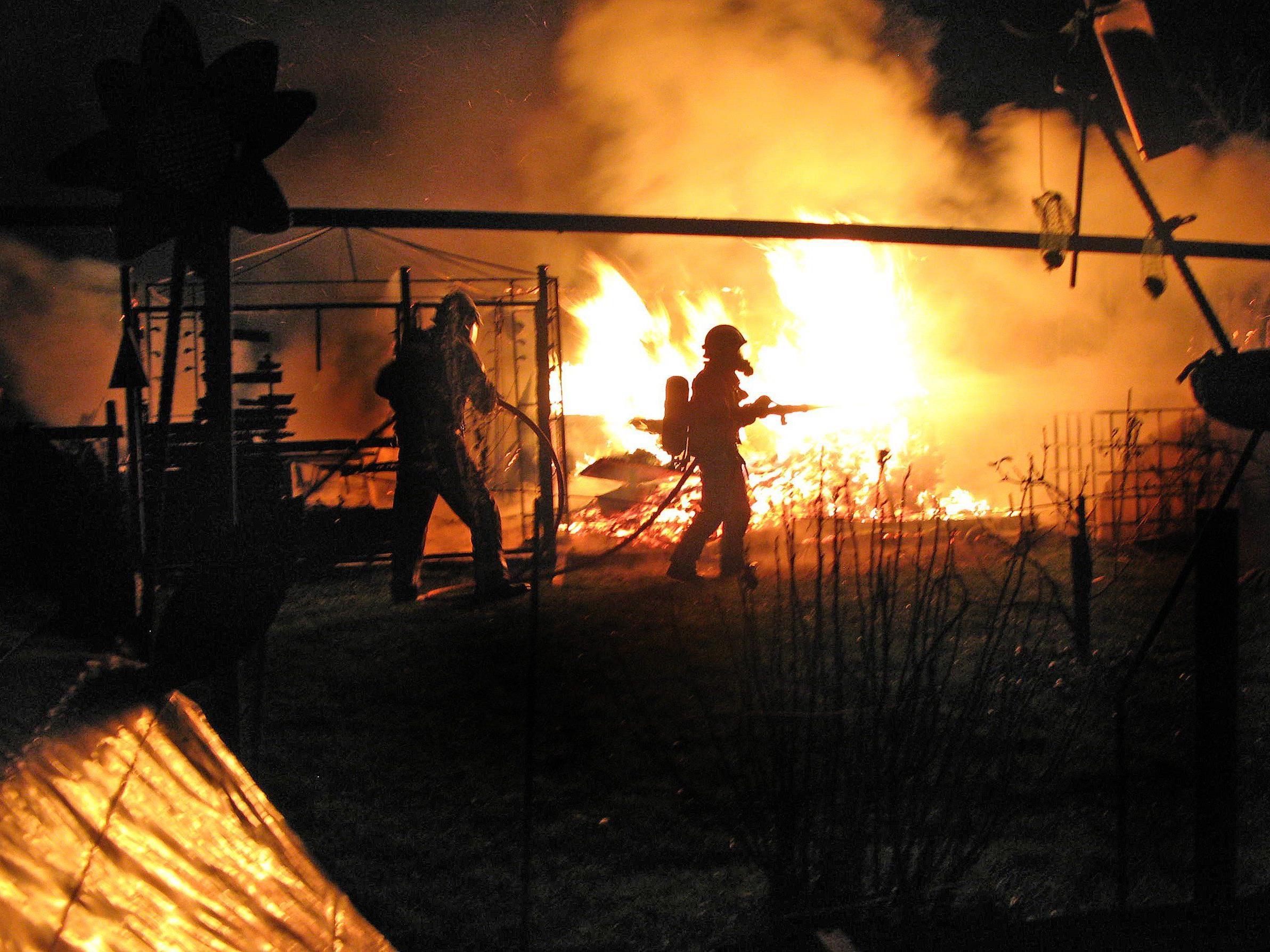 Gefährlicher Einsatz der Feuerwehr Fußach beim Brand einer Schrebergartenhütte auf Harder Gemeindegebiet.