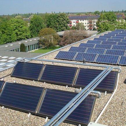 Land, Installateure und WKV wollen den Mängeln bei Solarthermieanlagen (im Bildvordergrund) mit einem Paket gegensteuern.