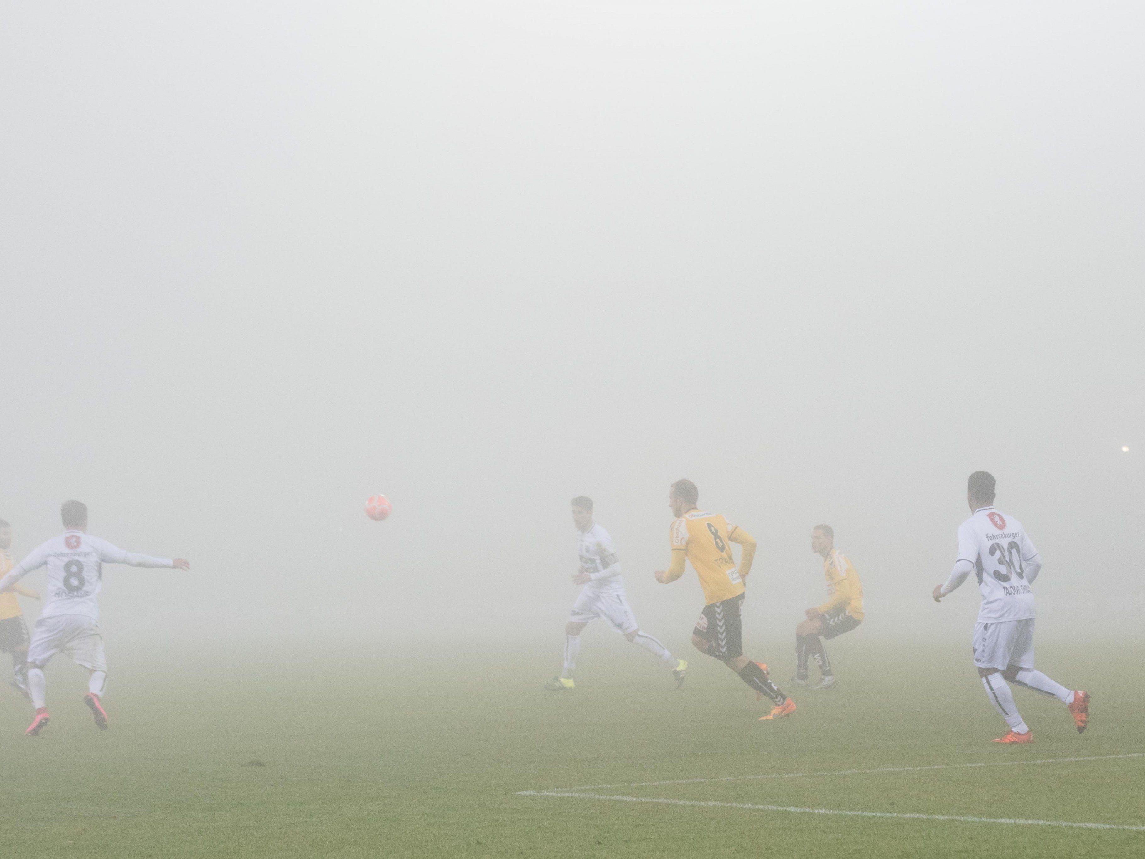Unterbrechung wegen Nebel: Kein Durchblick mehr in der 77. Minute.