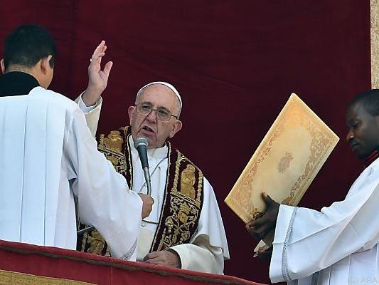 """Papst mit dem Segen """"Urbi et Orbi"""""""