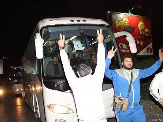 Anhänger empfangen Rebellen-Convoy bei Abfahrt von Flughafen Beirut